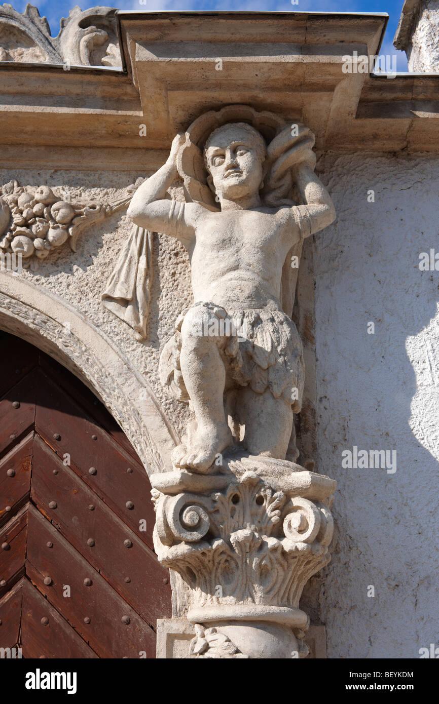 Statue della porta sui due mori Casa (K t m r h z). Rustica architettura barocca - Sopron, Ungheria Immagini Stock