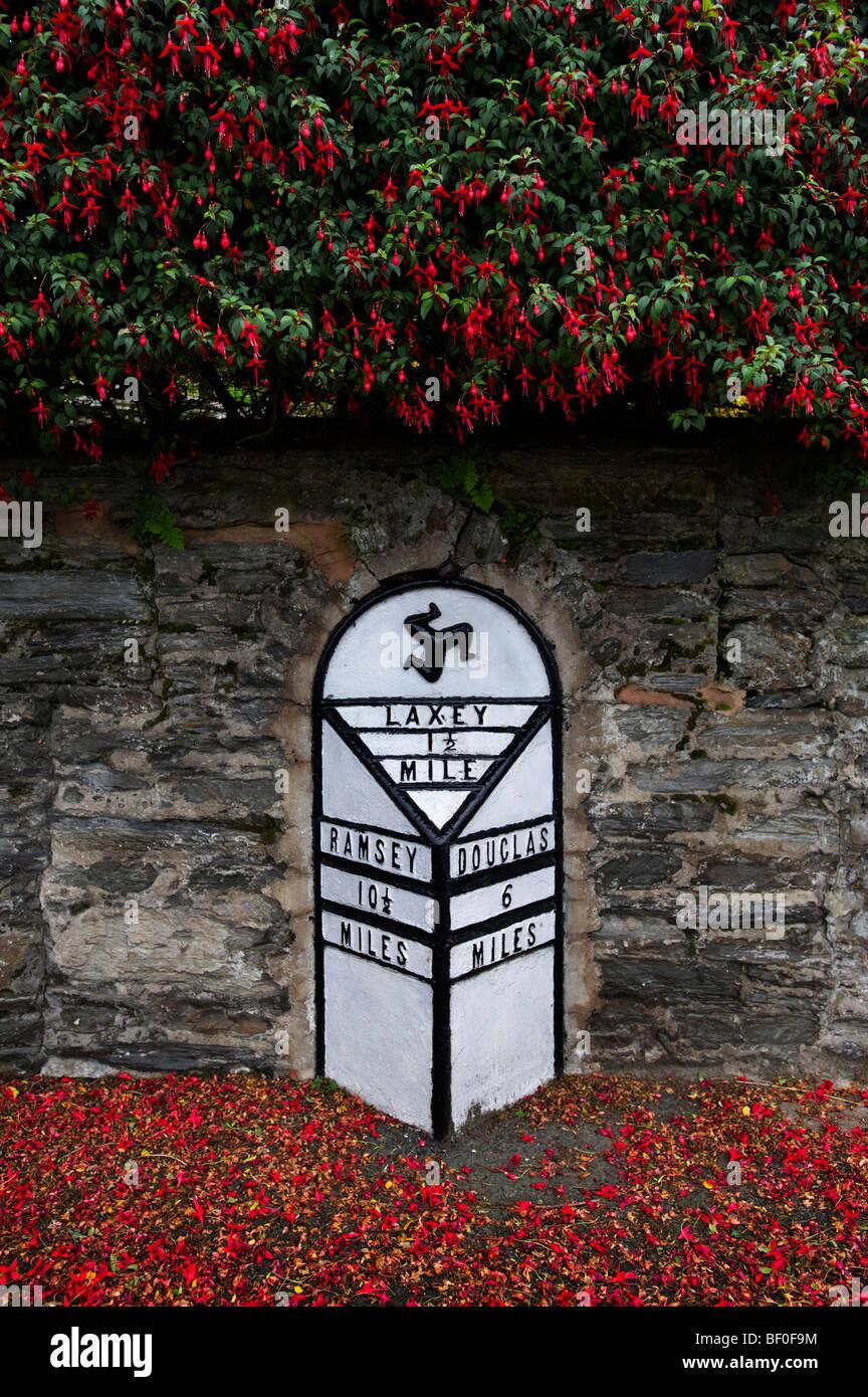 Distanza su strada segno chilometraggio Laxey Isola di Man Immagini Stock