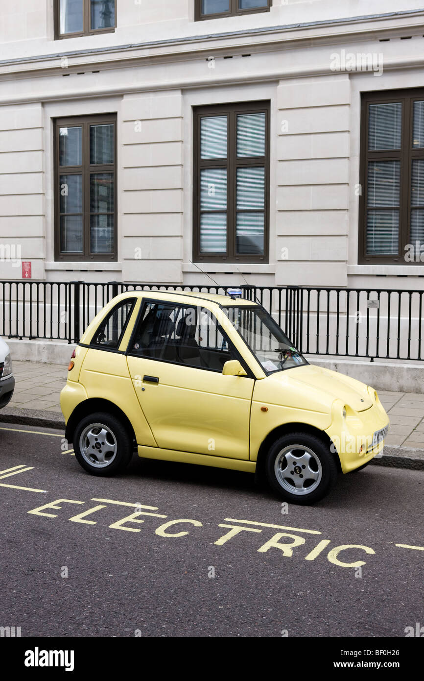 """Un auto elettrica ricarica fino a uno di Westminster il """"succo"""" punto di alloggiamenti di parcheggio Immagini Stock"""