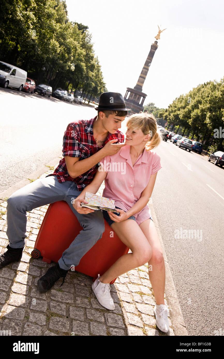 Una giovane coppia con una valigia e una mappa con la Berlin Colonna della Vittoria in background Immagini Stock