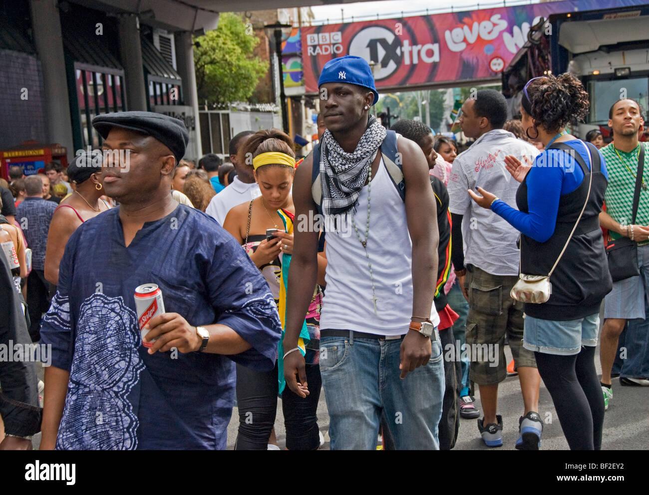Affollata strada multiculturale al carnevale di Notting Hill il tempo nella zona ovest di Londra Foto Stock