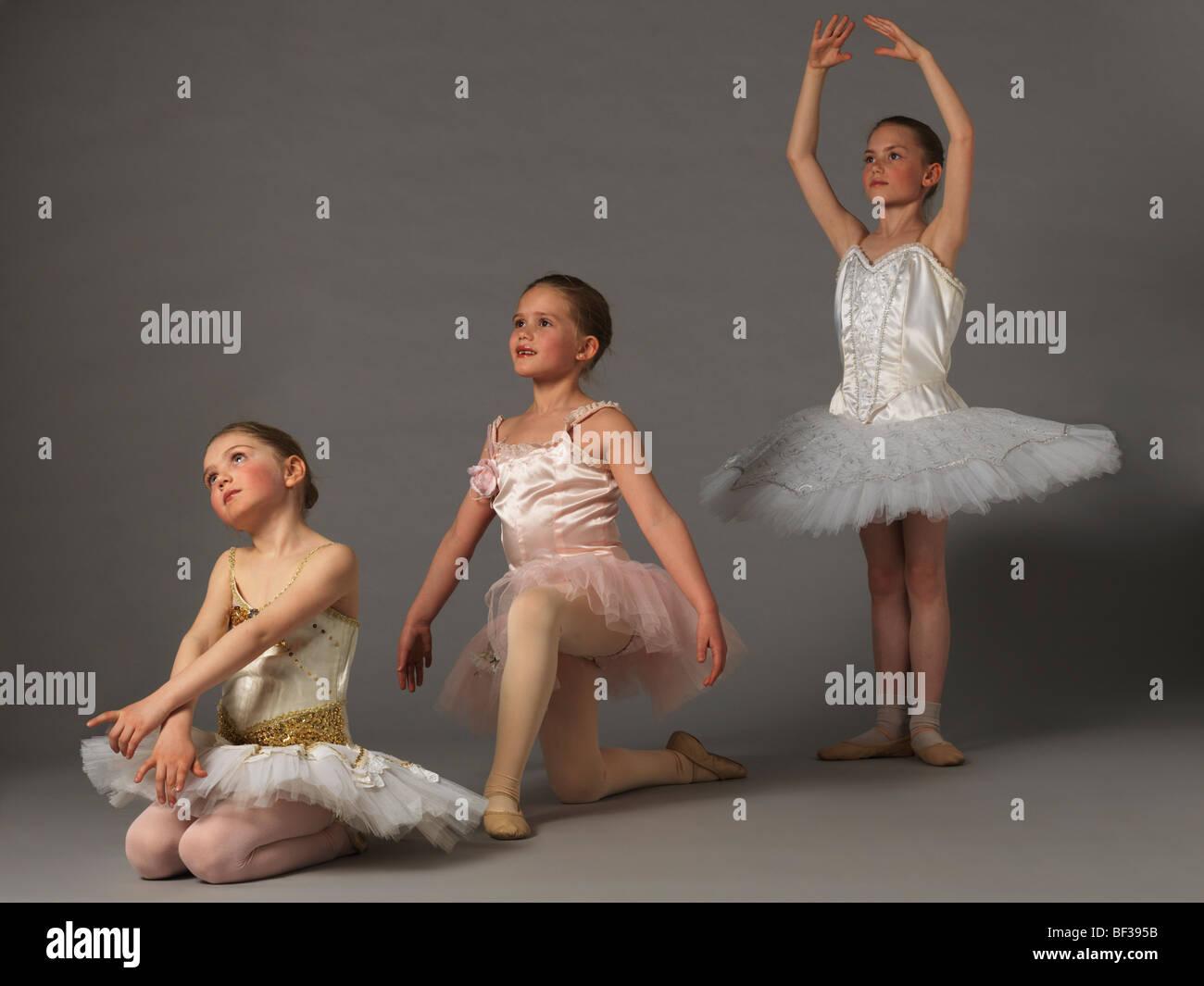 Tre ragazze in posa. Immagini Stock