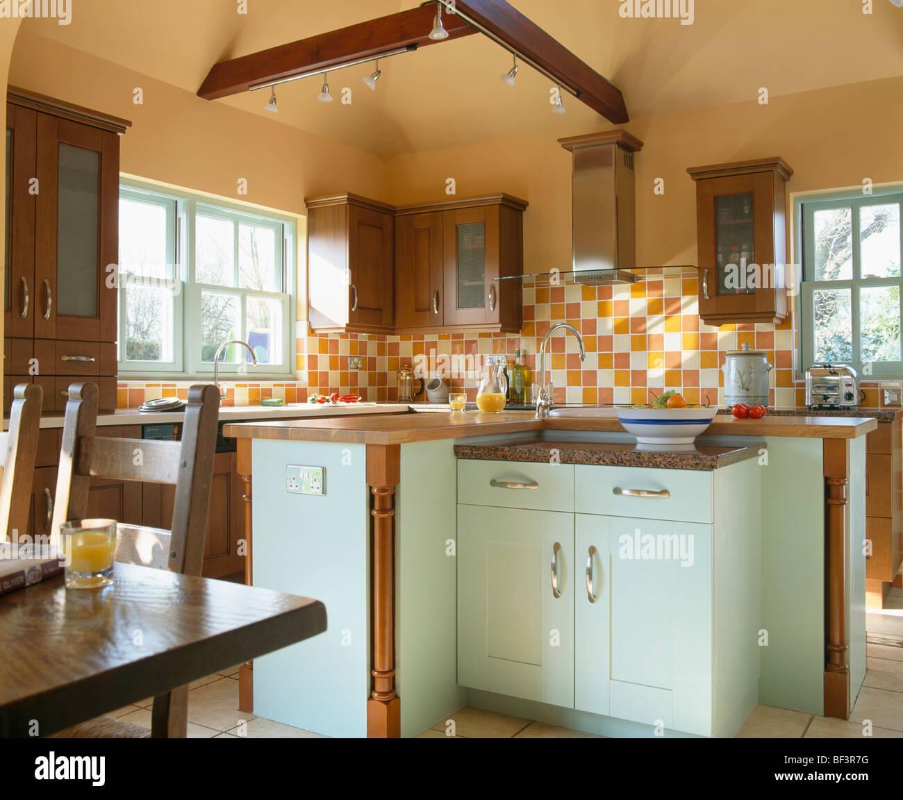 Arancione e bianco delle piastrelle a parete in cucina di paese con verde pastello unit montata - Piastrelle bianche cucina ...