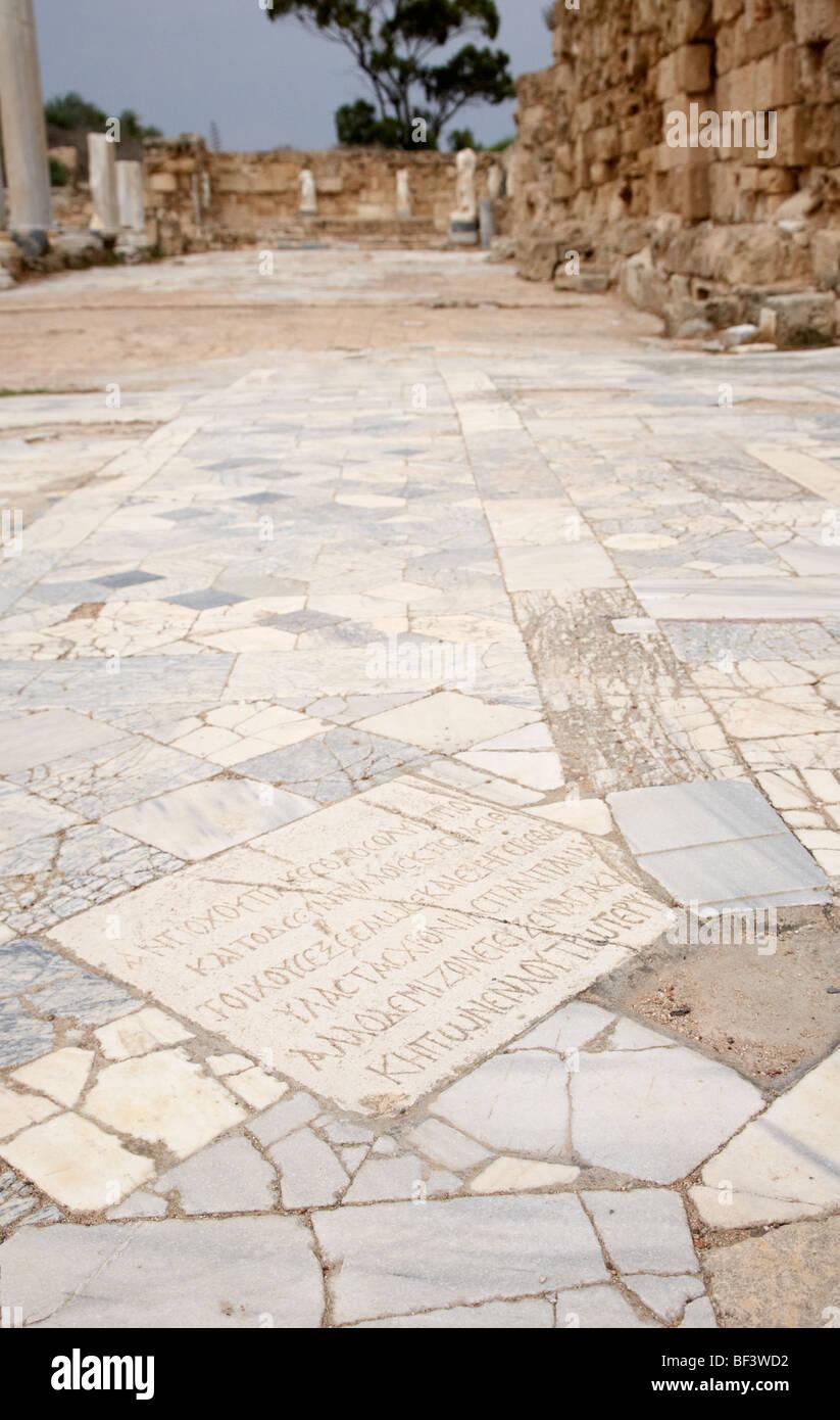 Iscrizione di una piastrella di pavimento della palestra di stoa antico sito di Salamina famagusta repubblica turca Immagini Stock