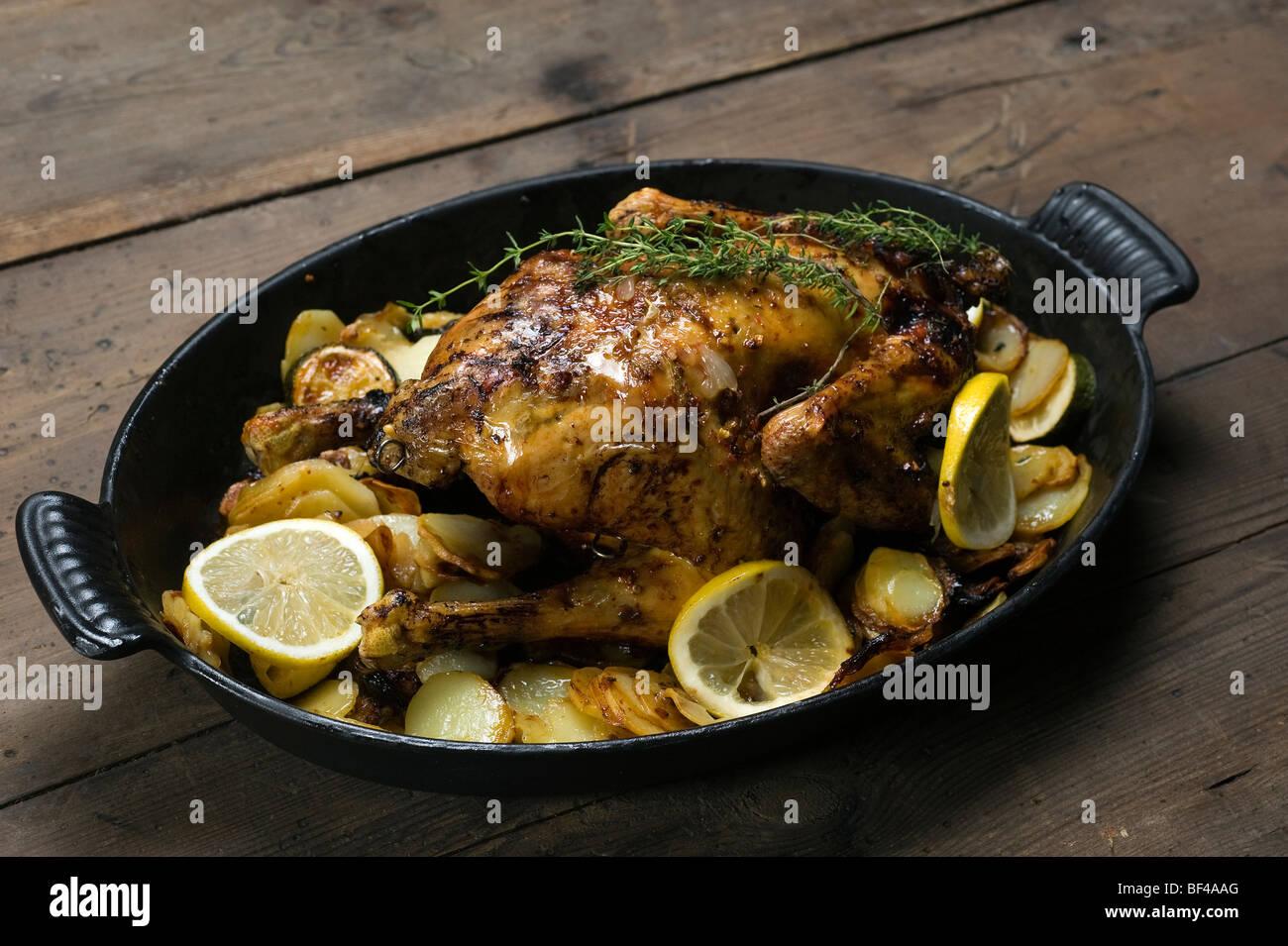 Pollo al limone con timo e patate gratinate Immagini Stock