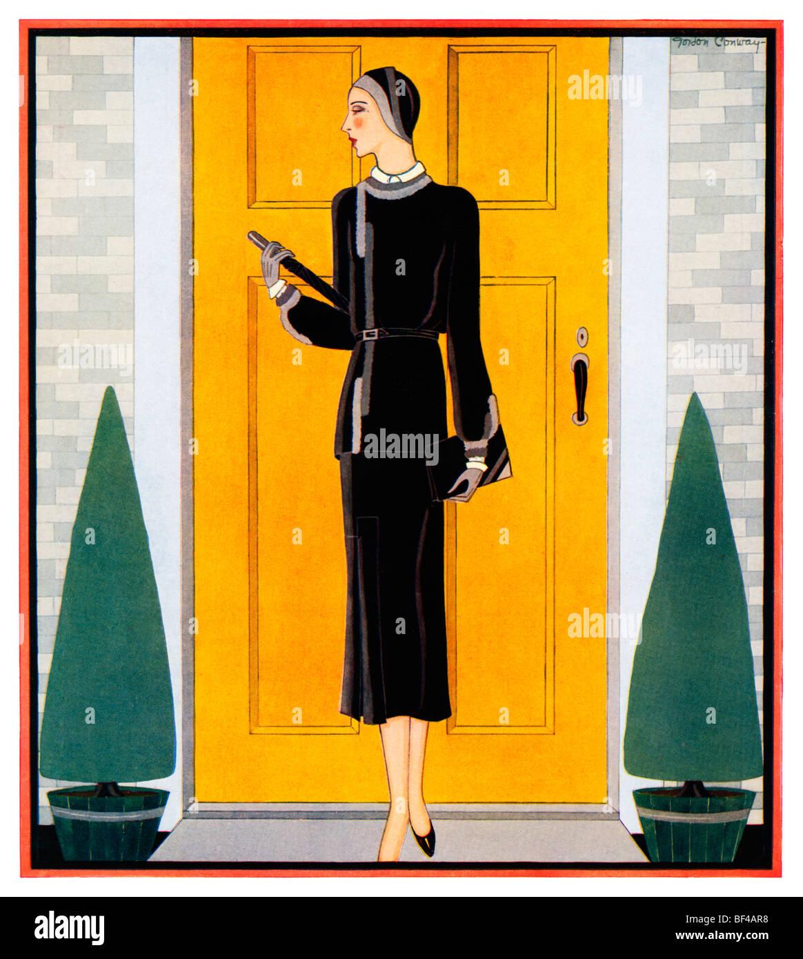 Inizio Autunno, bella 1930s illustrazione moda di una signora vestita per l'autunno davanti a una porta di colore Immagini Stock
