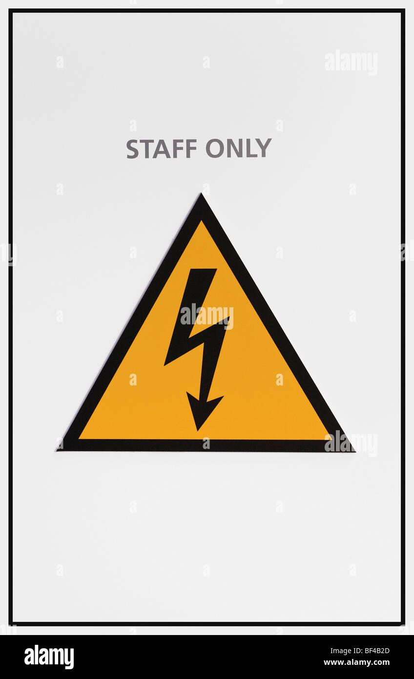 Segnale di avviso, solo personale, avviso di tensione elettrica pericolosa Immagini Stock