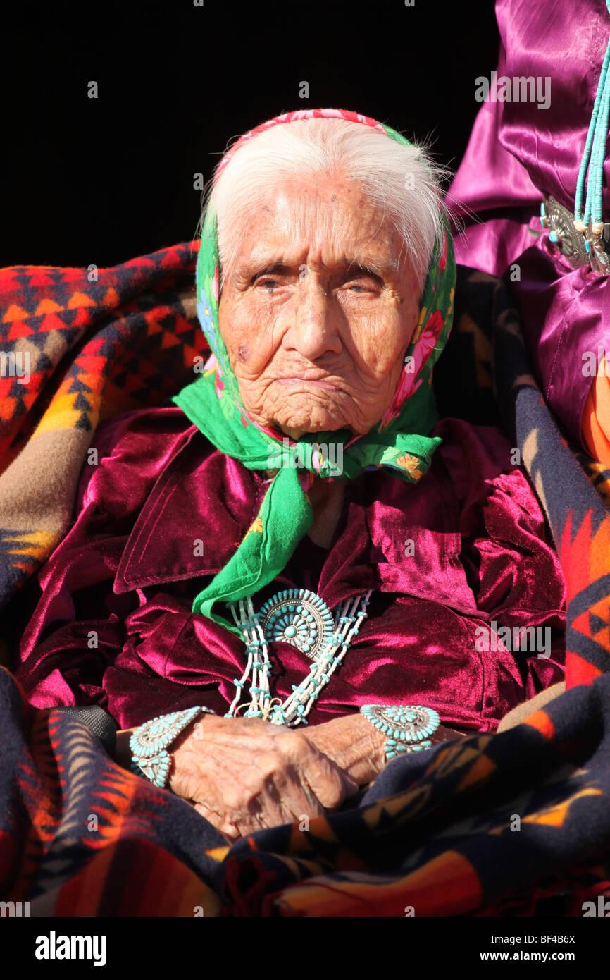 Molto vecchia e saggia Navajo Elder indossa gioielli tradizionali Immagini Stock