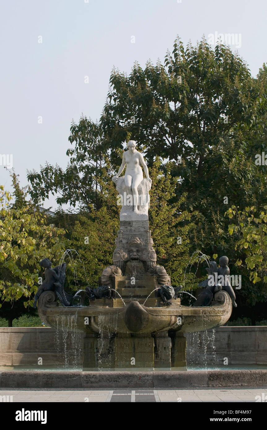 Maerchenbrunnen, Favola fontana, Das Mainweibchen, la donna del fiume principale da Hausmann, fontana al Schauspielhaus Immagini Stock