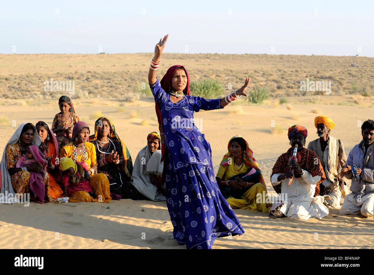 Folklore con un ballerino nel deserto di Thar vicino a Jaisalmer, Rajasthan, Nord India, India, Asia del Sud, Asia Immagini Stock