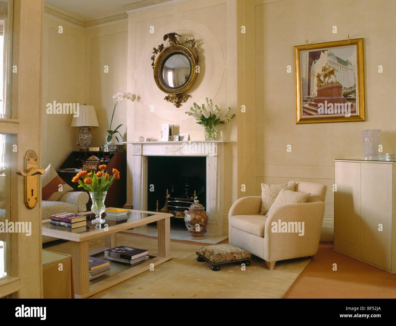 Crema moderno poltrona accanto al caminetto nella crema for Specchio salotto
