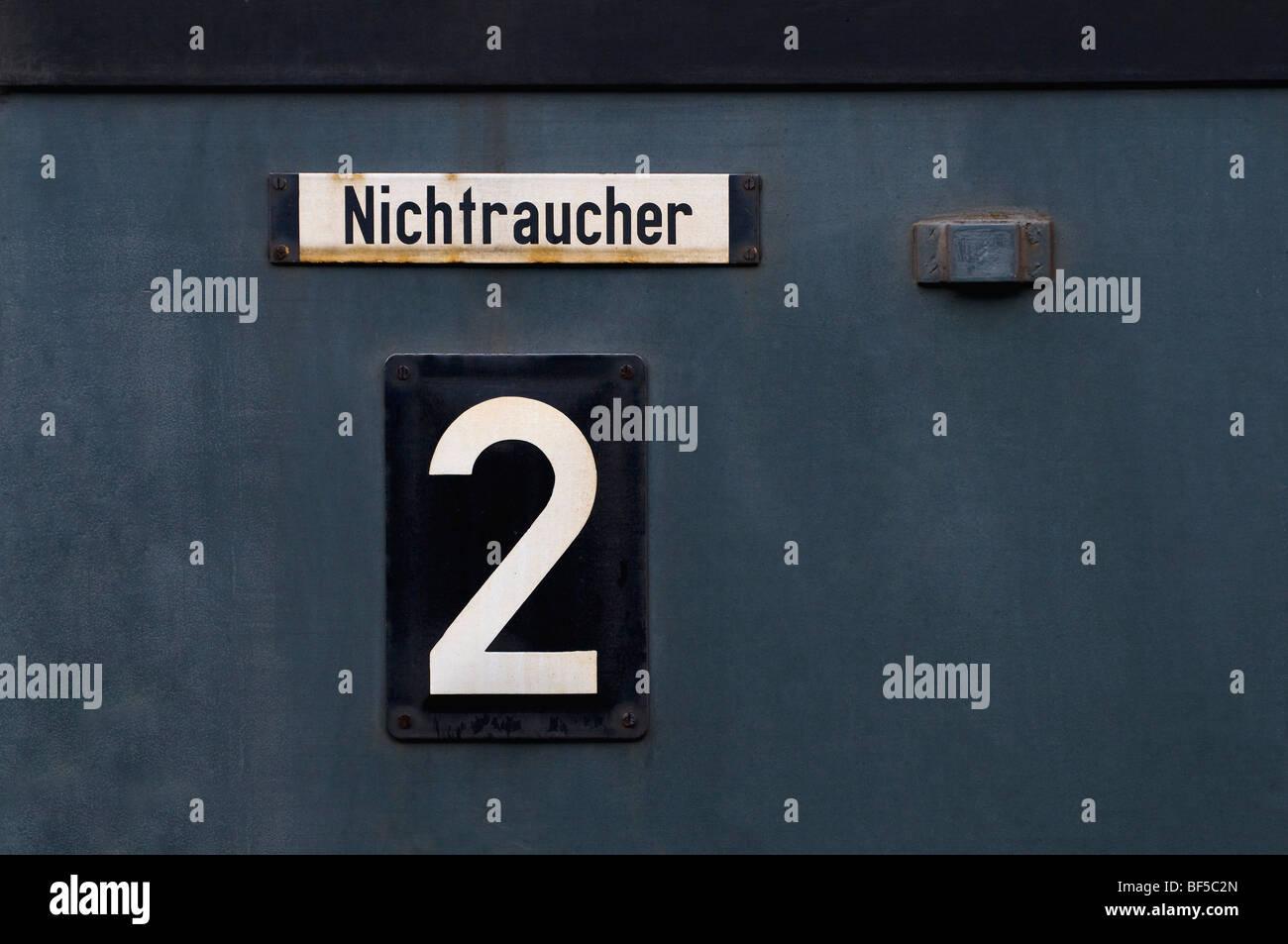 Non-fumatori segno e 2a classe di marcatura in una storica carrozze ferroviarie Immagini Stock