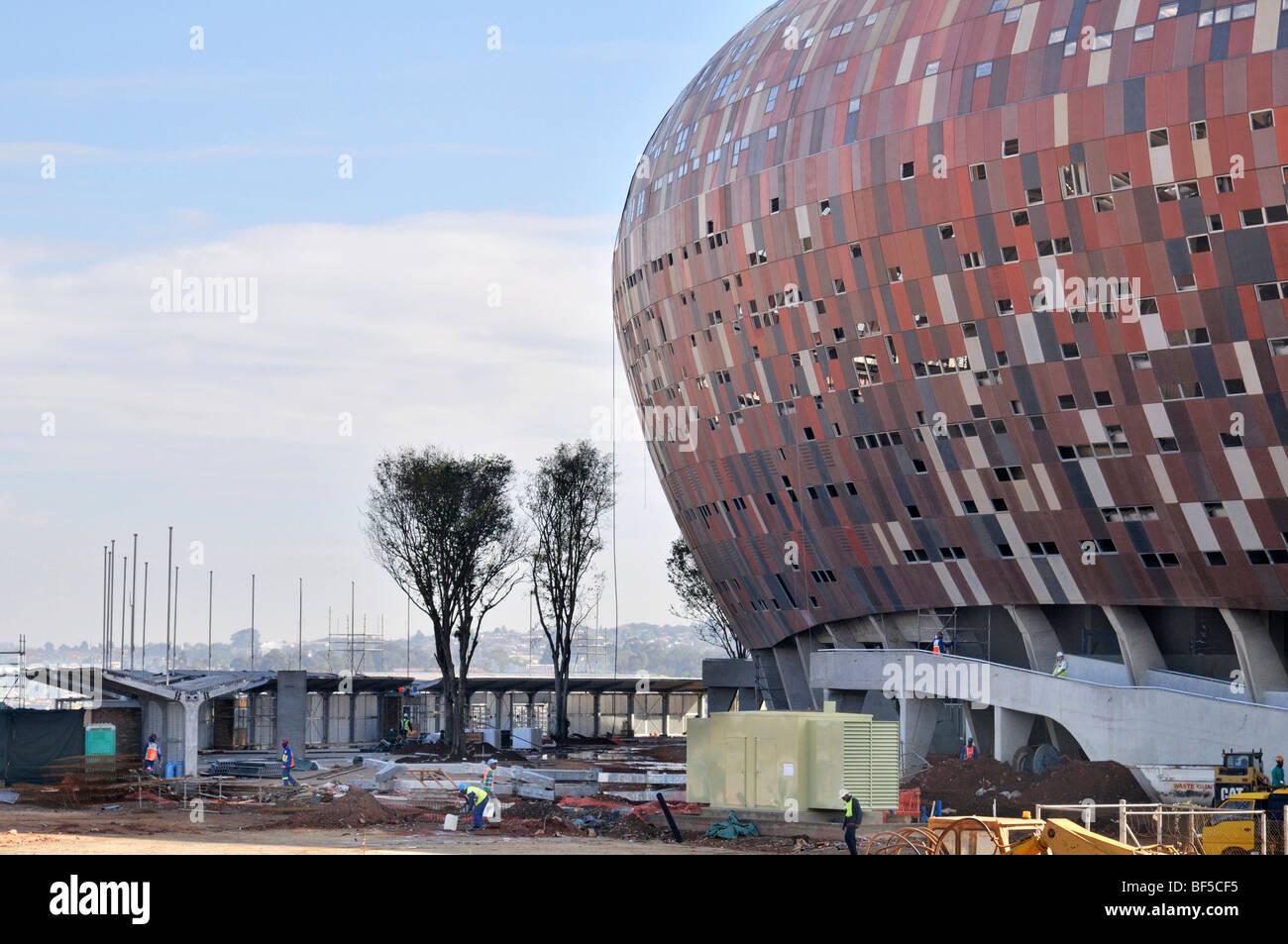 Coppa del Mondo FIFA 2010, sito in costruzione del Soccer City Stadium nel distretto di Soweto, Johannesburg, Sud Immagini Stock