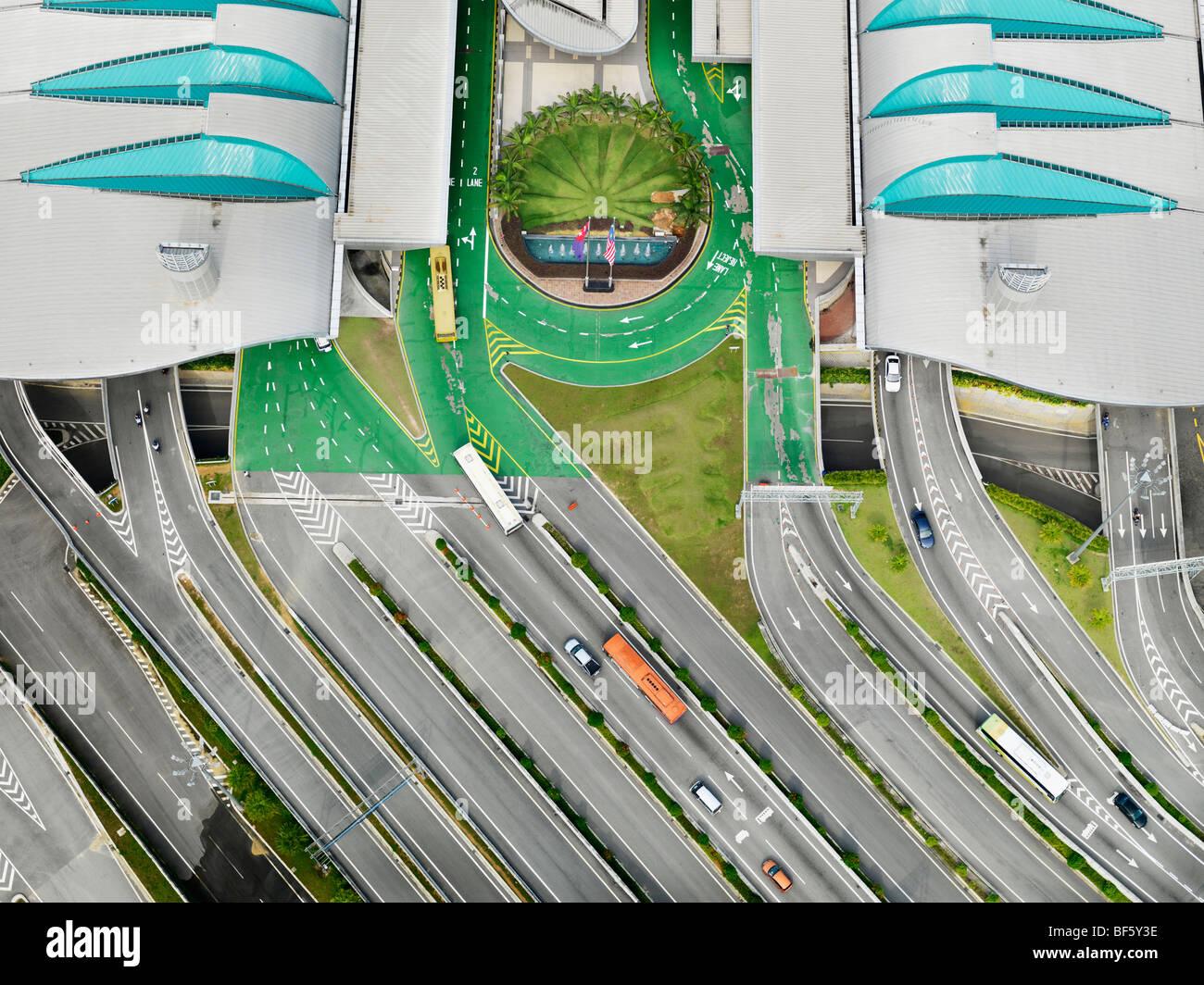 Una veduta aerea di più strade che conducono in un grande complesso. Immagini Stock