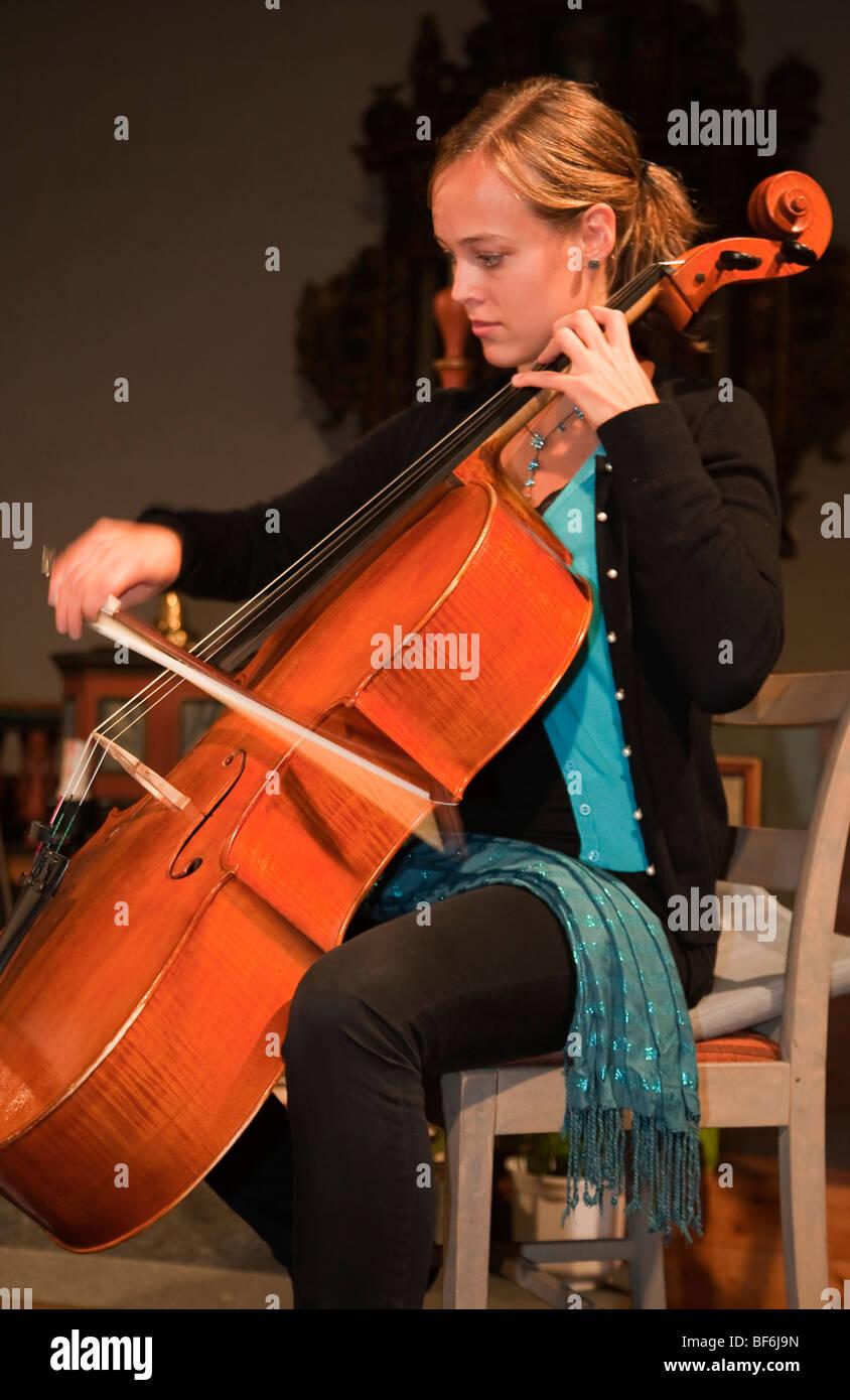 Trondheimsolistene chamber orchestra musicista violoncellista violoncello string player gli strumenti a corda Strumenti Immagini Stock