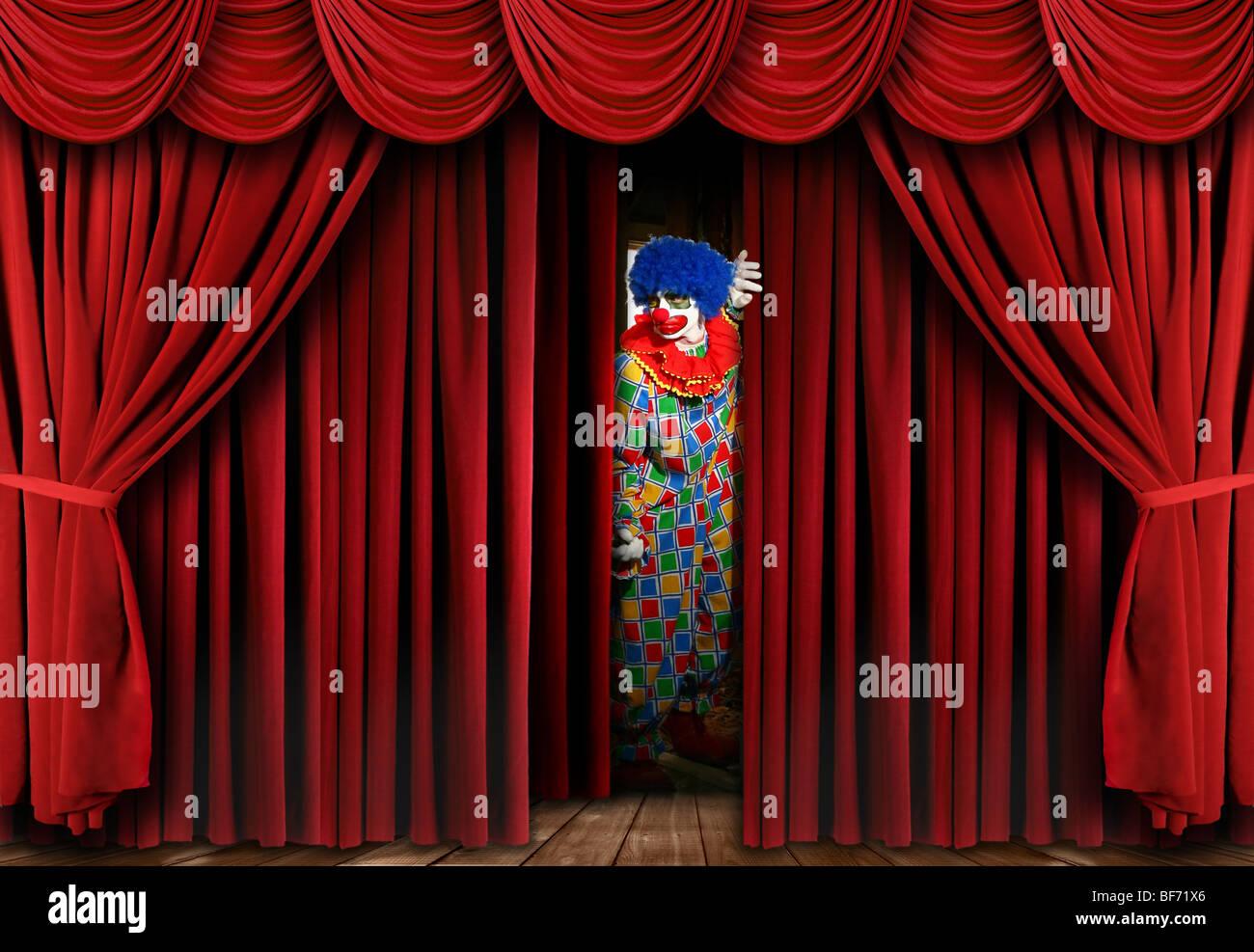 Lugubre Creepy Clown guardando attraverso il sipario di un palcoscenico oscuranti Immagini Stock