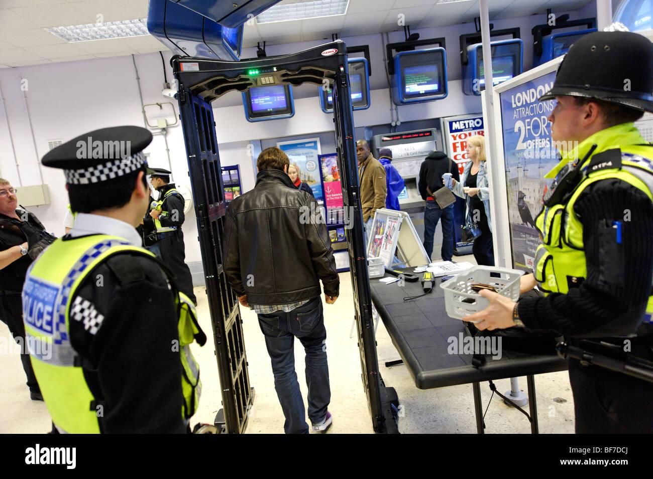 British Transport Police usando il coltello 'arch' rivelatore durante la routine di servizio di polizia Immagini Stock