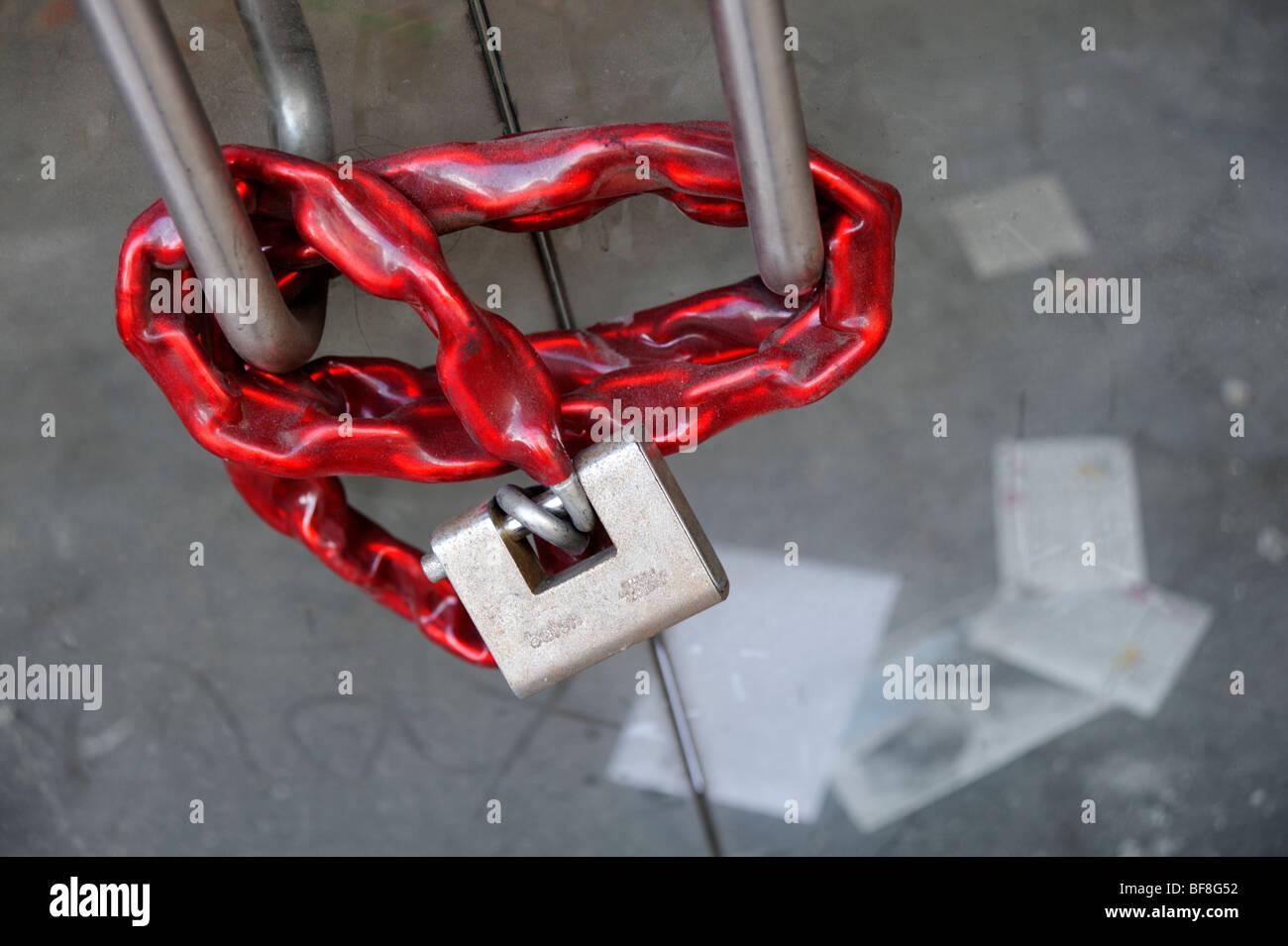 Il lucchetto e catena sul negozio chiuso ingresso. Londra. Regno Unito 2009. Immagini Stock