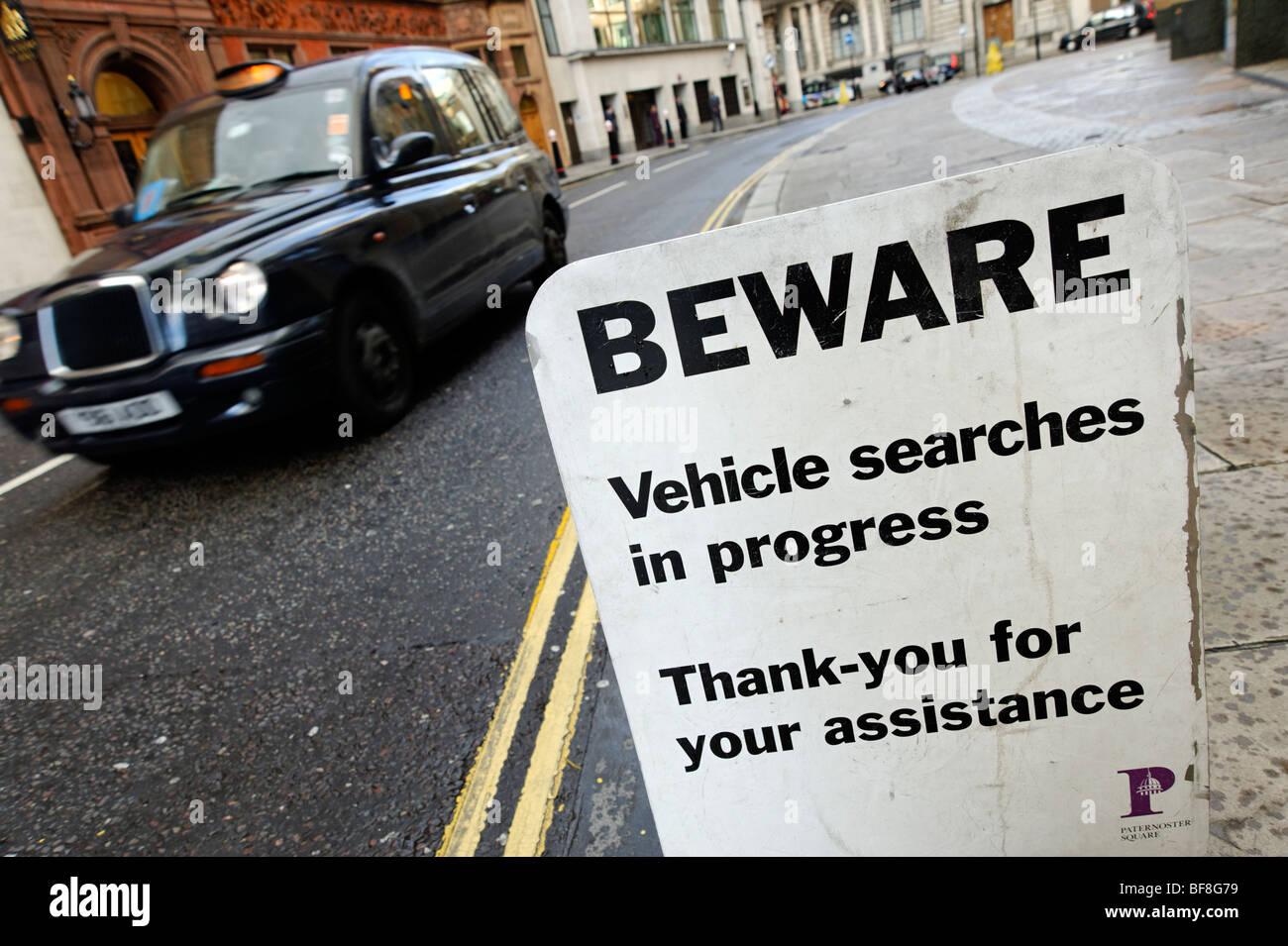 """""""Attenzione, veicolo ricerche' sicurezza privata cartello di avviso presso il parcheggio ingresso. Città Immagini Stock"""