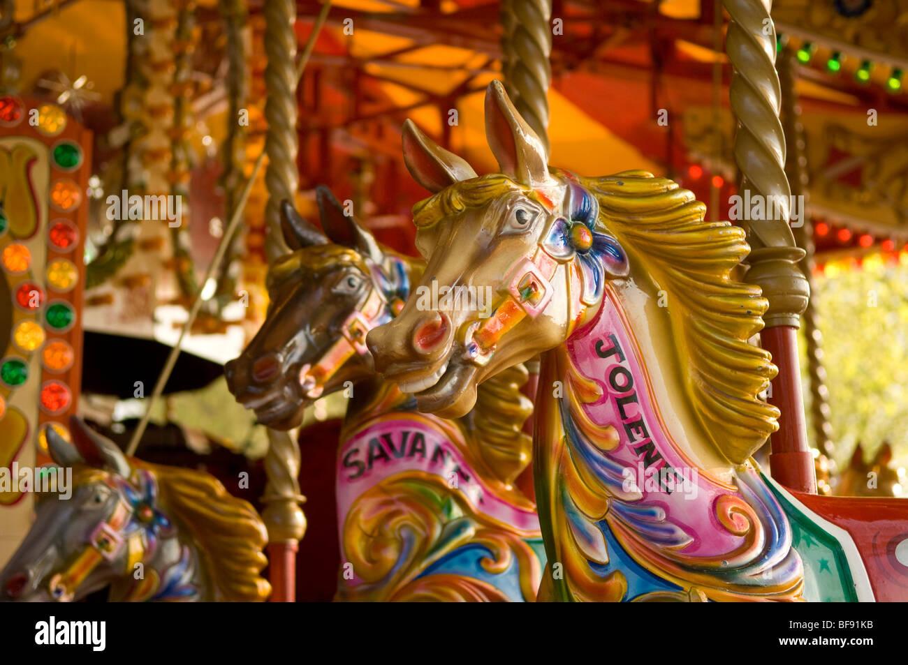 Tradizionale Giostra cavalli. Cavalli dipinto nella tradizionale fiera di colori luminosi. Londra. South Bank. Immagini Stock