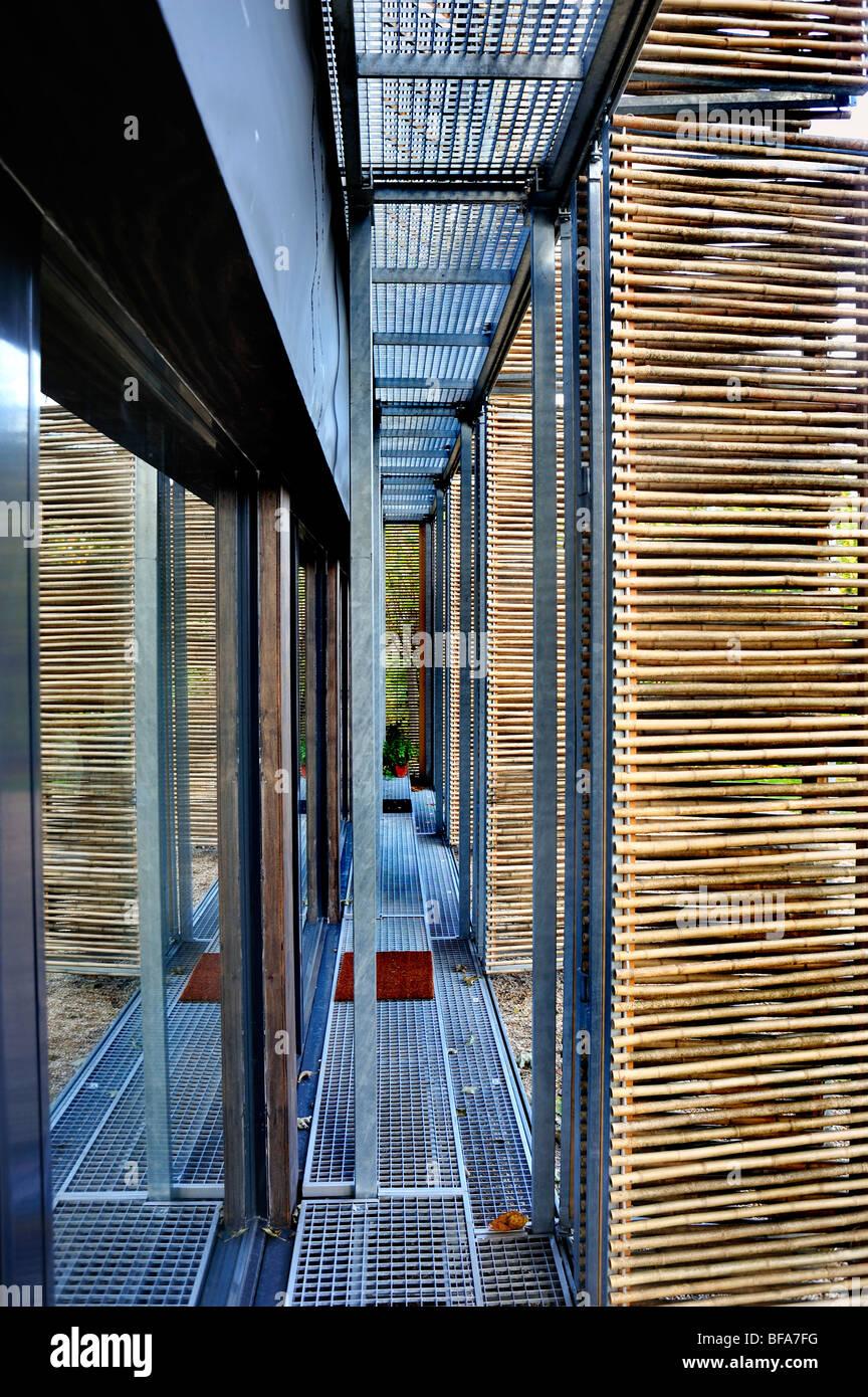 Parigi, Francia, Casa Verde, Casa passiva, dettaglio, Bamboo Shades al di fuori Porte di vetro isolate, edifici, concetto globale di economia verde, casa di legno Foto Stock