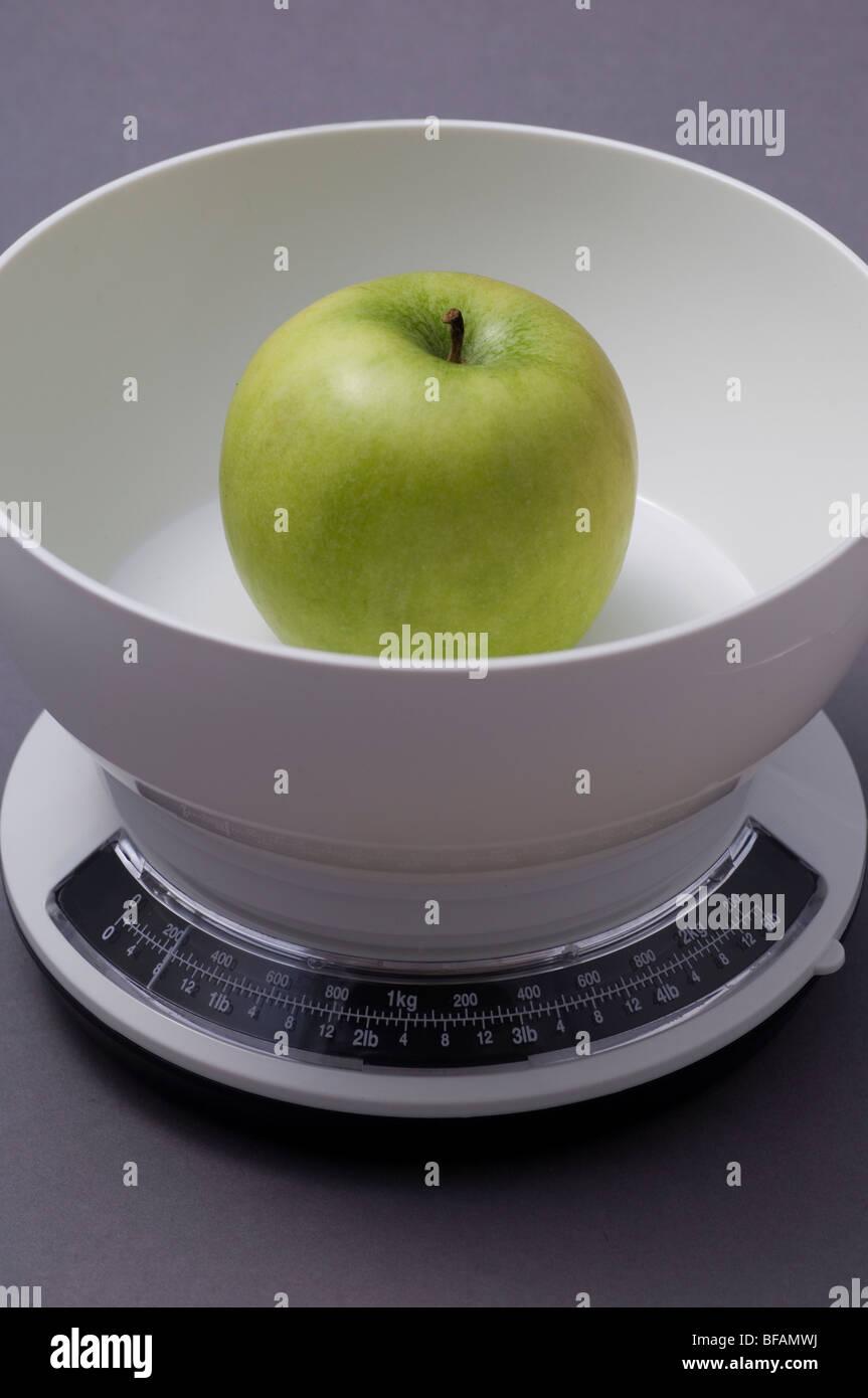 Verde mela su una bilancia da cucina Foto & Immagine Stock ...