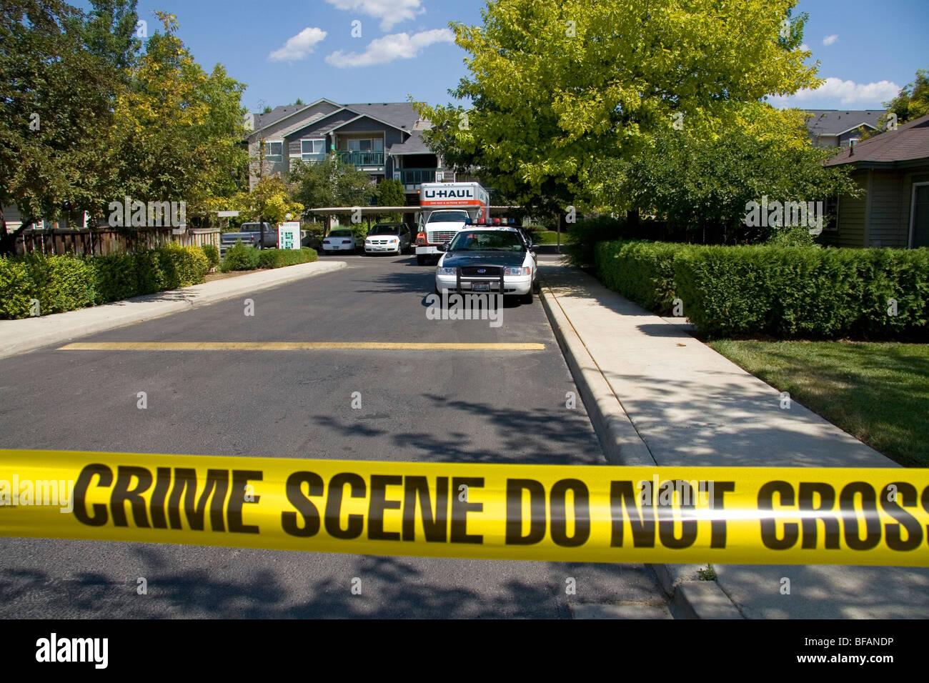 La polizia della scena del crimine di avvertimento a nastro contro entrando in una area di criminalità a Boise, Immagini Stock