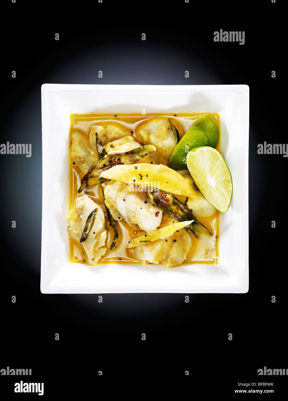 Alleppey pesce al curry, con peperoncino verde, rosso peperoncino, curcuma e crema di noce di cocco Foto Stock