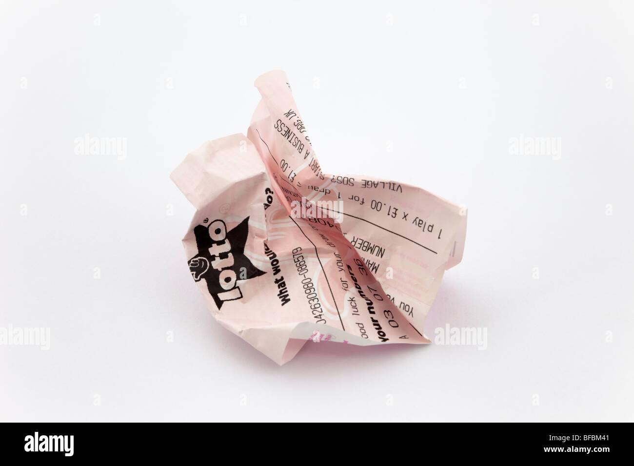UK National lottery ticket lotto avvitato su un semplice sfondo bianco per illustrare a perdere al gioco d'azzardo Immagini Stock