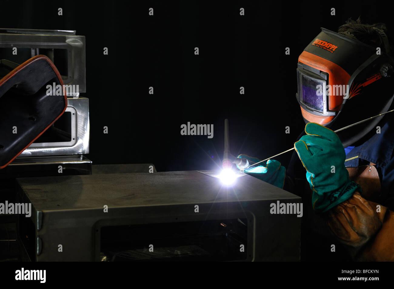 Saldatrice TIG custodie in alluminio in corrispondenza di un opera di ingegneria Immagini Stock