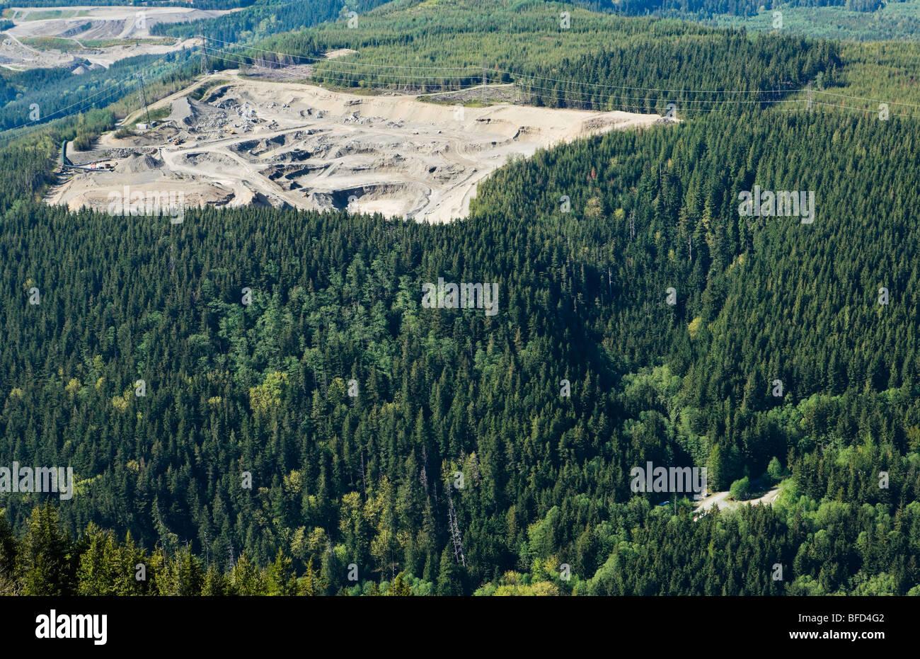 Una vista guardando verso il basso su una cava di ghiaia appena ad est di Northbend, Washington in Cascade Mountain Immagini Stock