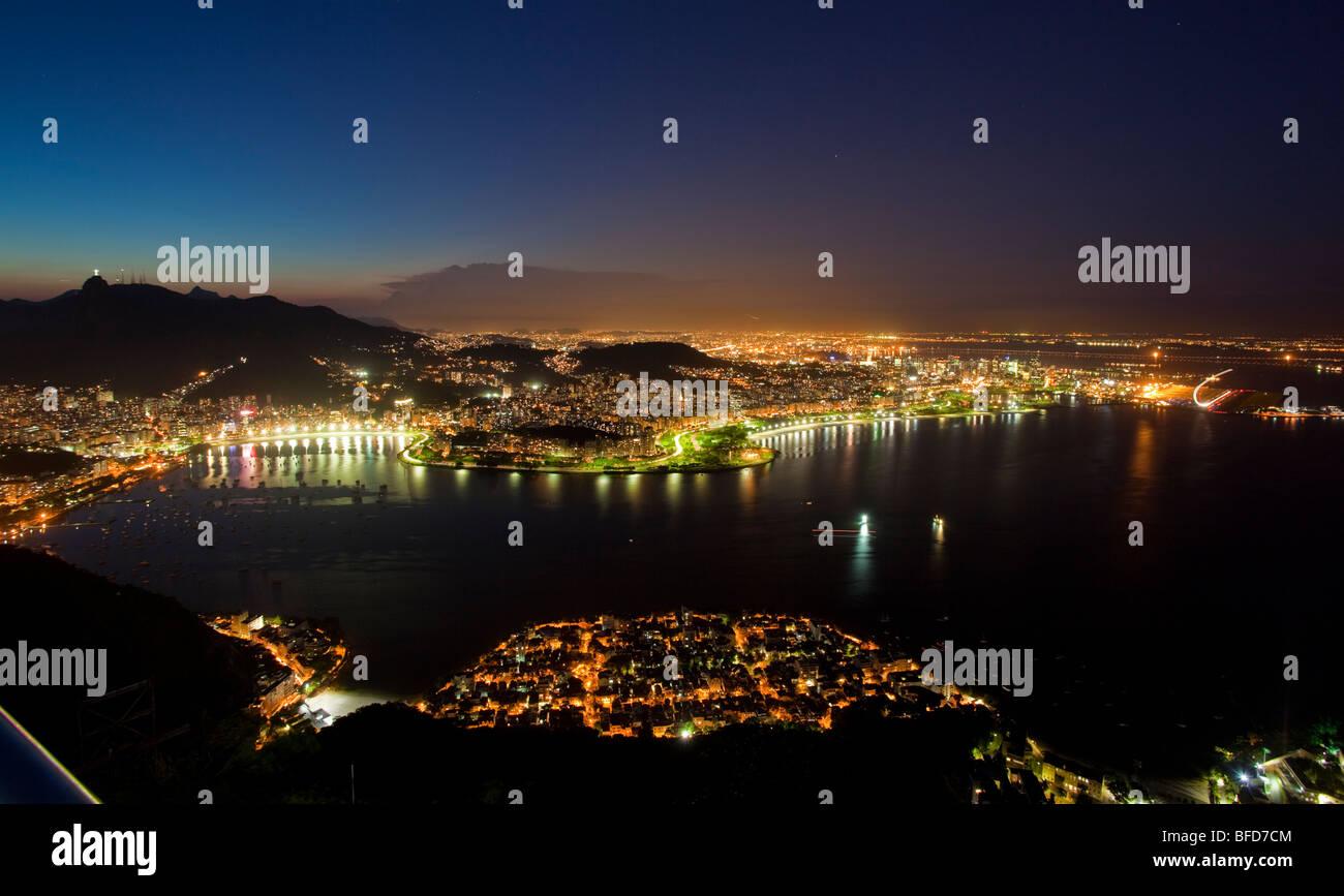 Notte vedute di Rio de Janeiro in Brasile da la Montagna Sugar Loaf Immagini Stock