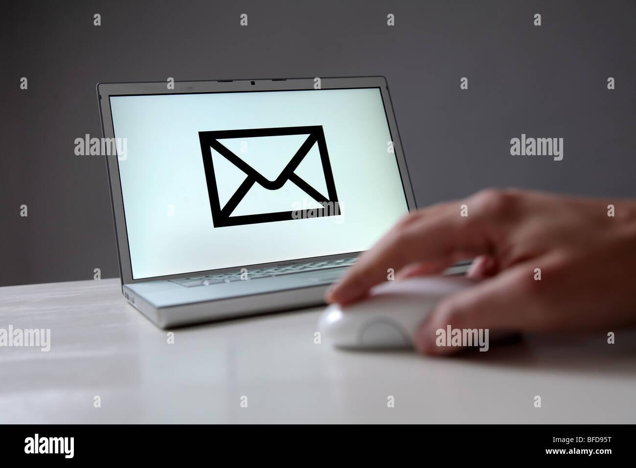 Lettera segno sullo schermo del computer. Simbolo: e-mail, la comunicazione via Internet Immagini Stock