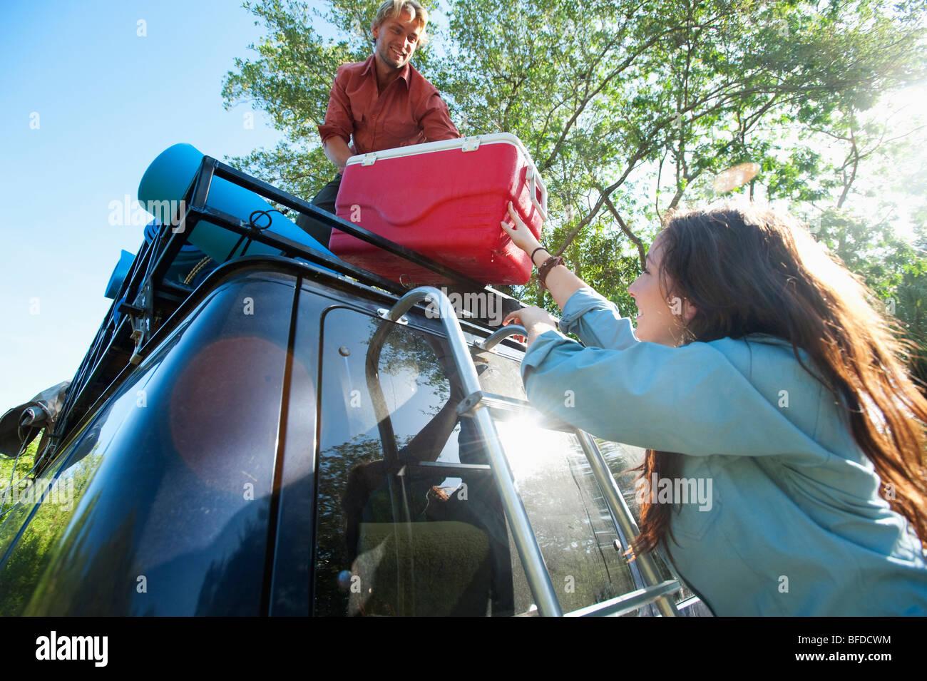Un paio di carichi un refrigeratore su un furgone in Florida. Immagini Stock