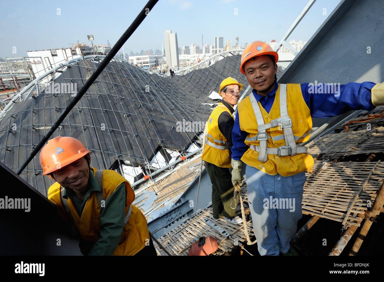 Lavoratori cinesi sul sito di costruzione del World Expo 2010 a Shanghai in Cina.15-ott-2009 Immagini Stock