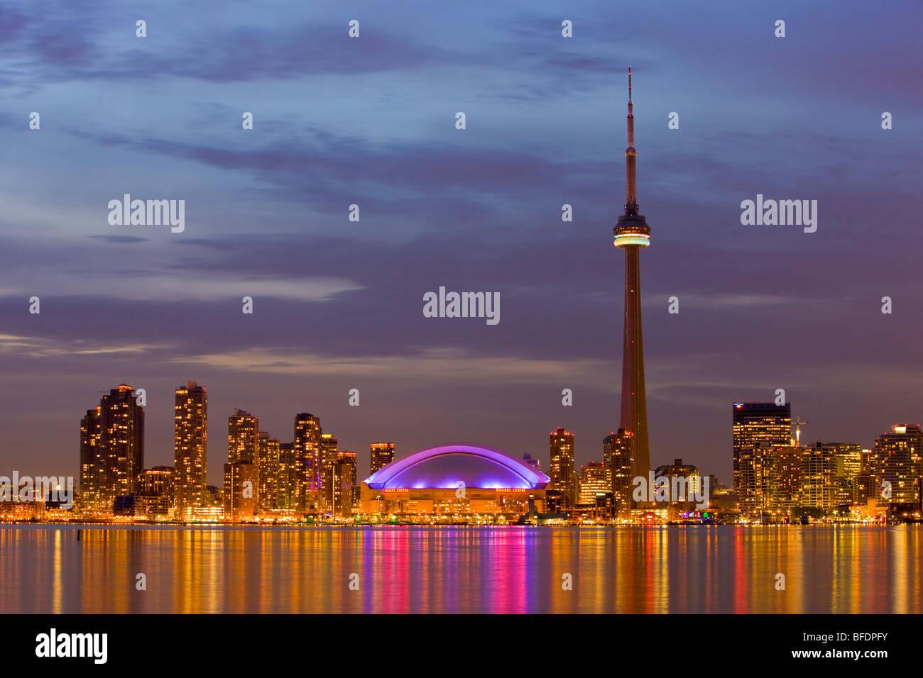 Skyline di Toronto con la CN Tower e il Rogers Centre al crepuscolo, Toronto, Ontario, Canada Immagini Stock