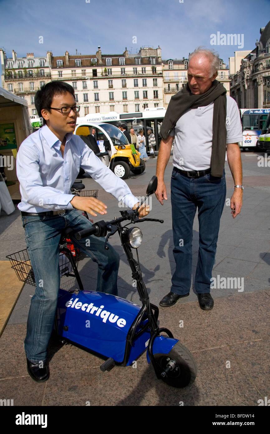 Concetto elettrico scooter mostra pubblica di fronte all'Hotel de la Ville di Parigi, Francia. Immagini Stock