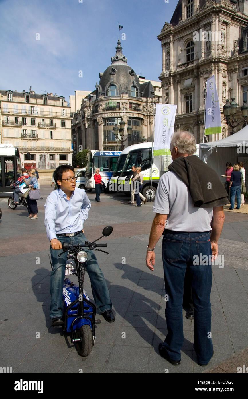 Concept car elettrica pubblica esposizione di fronte all'Hotel de la Ville di Parigi, Francia. Immagini Stock