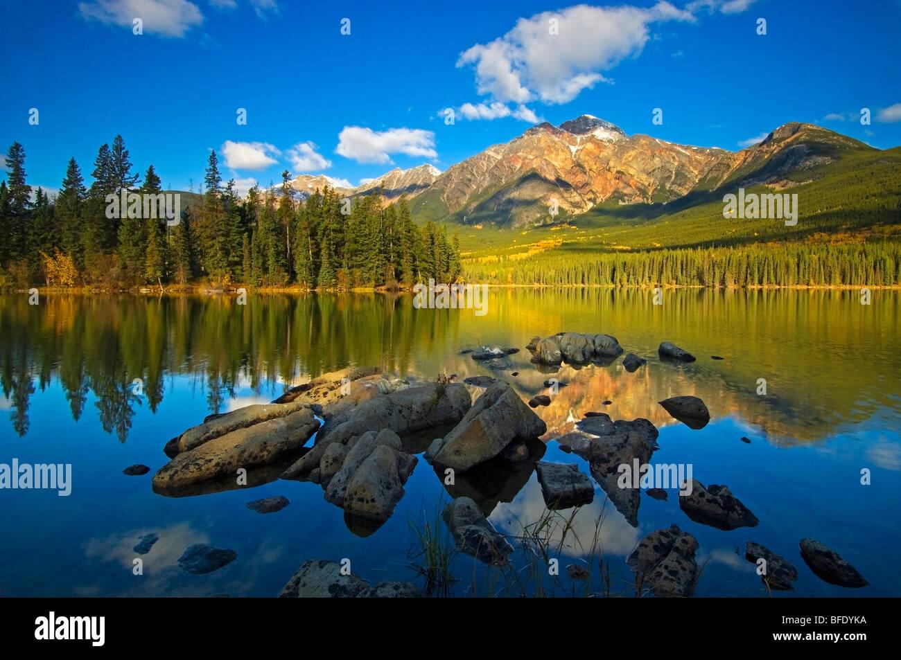 Montagna piramidale riflessa nel Lago Piramide nel Parco Nazionale di Jasper, Alberta, Canada Immagini Stock