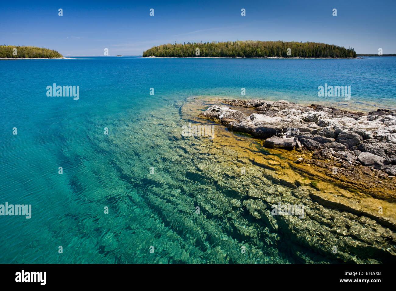 Piccola isola nell'Fathom cinque National Marine Park, Lago Huron, Ontario, Canada Immagini Stock