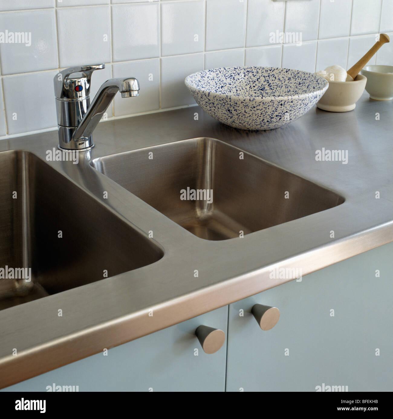 Close-up di doppi lavandini in acciaio inox con rubinetto ...