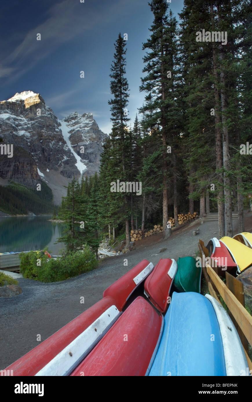 Canoe, Moraine Lake, il Parco Nazionale di Banff, Alberta, Canada Foto Stock