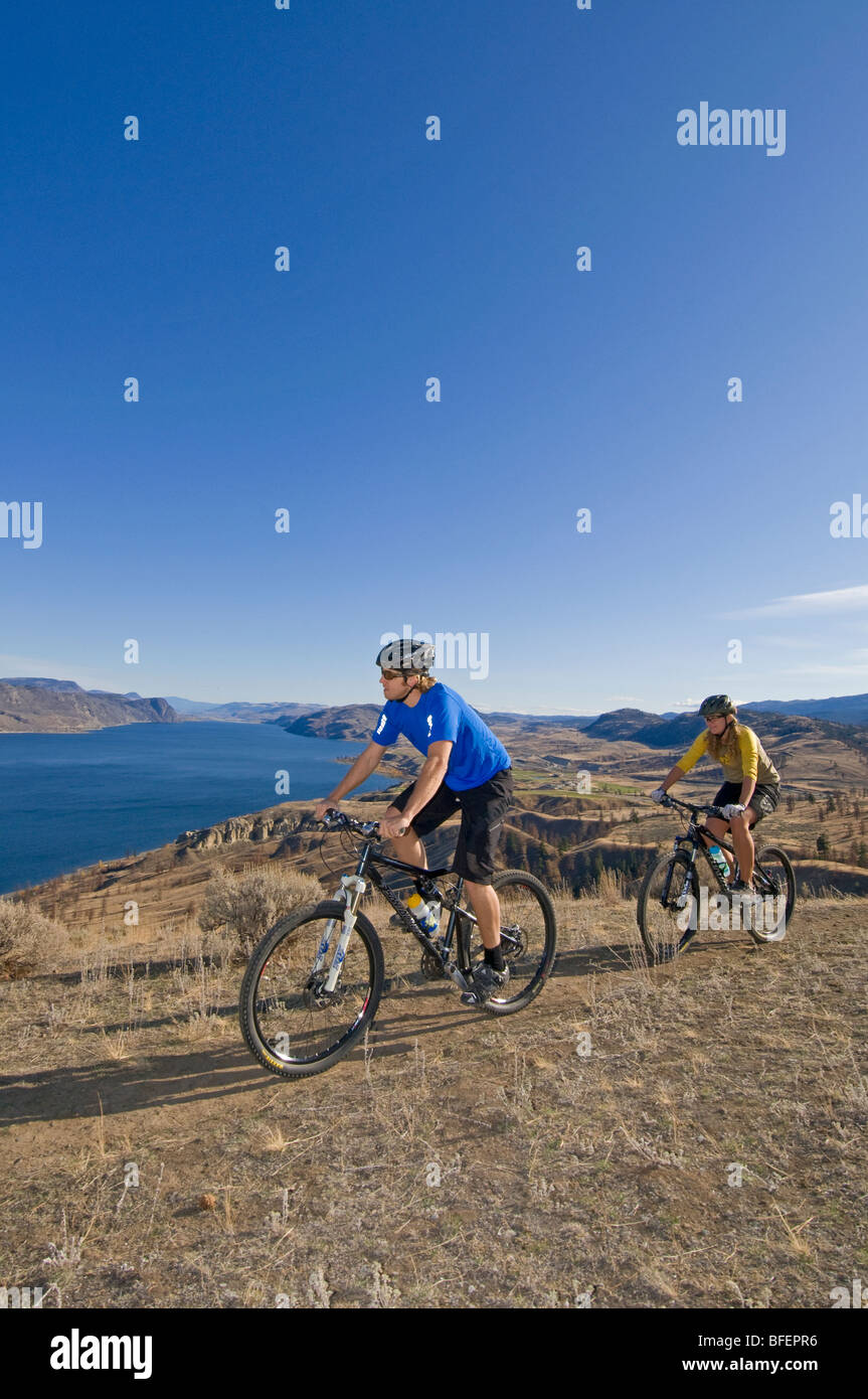 Un paio di giri in mountain bike in estate da Kamloops lago, appena ad ovest di Kamloops, British Columbia, Canada Immagini Stock