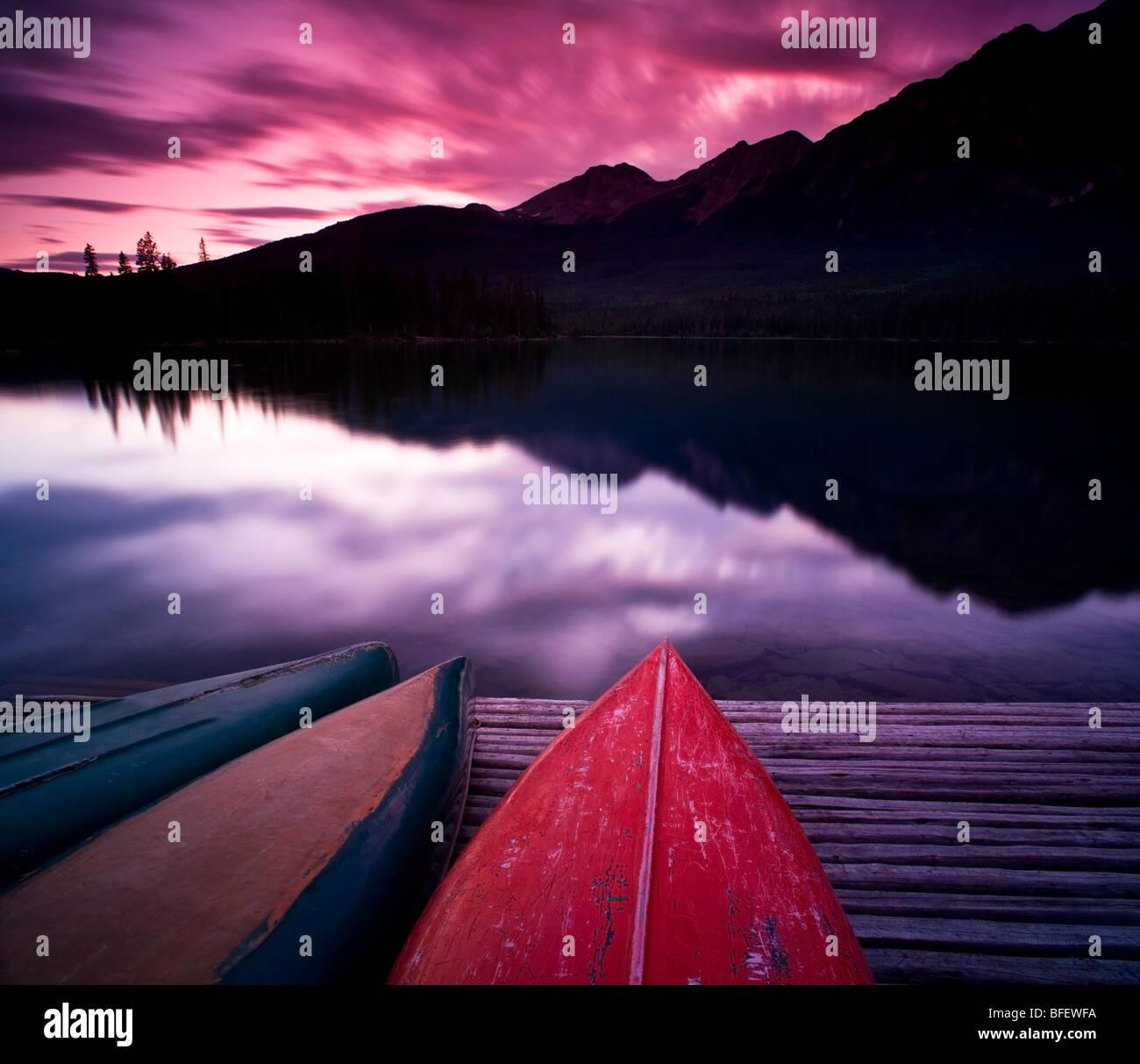 Canoe sul dock a Lago Piramide, il Parco Nazionale di Jasper, Alberta, Canada Immagini Stock