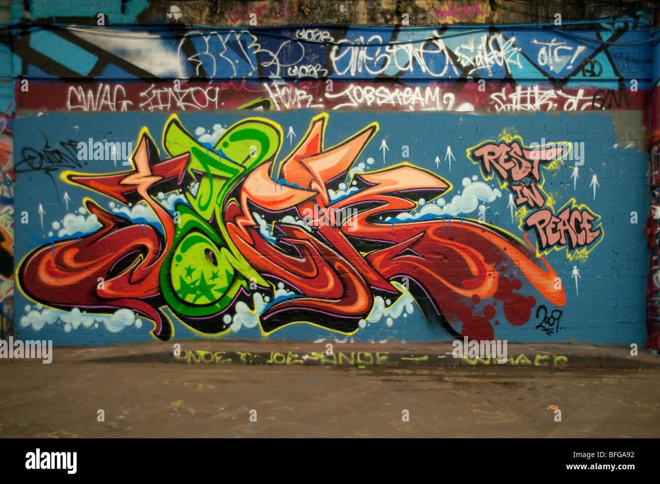 Graffiti su un muro. Londra Southbank un popolare luogo di ritrovo per il pattinaggio sul ghiaccio e graffi. Immagini Stock