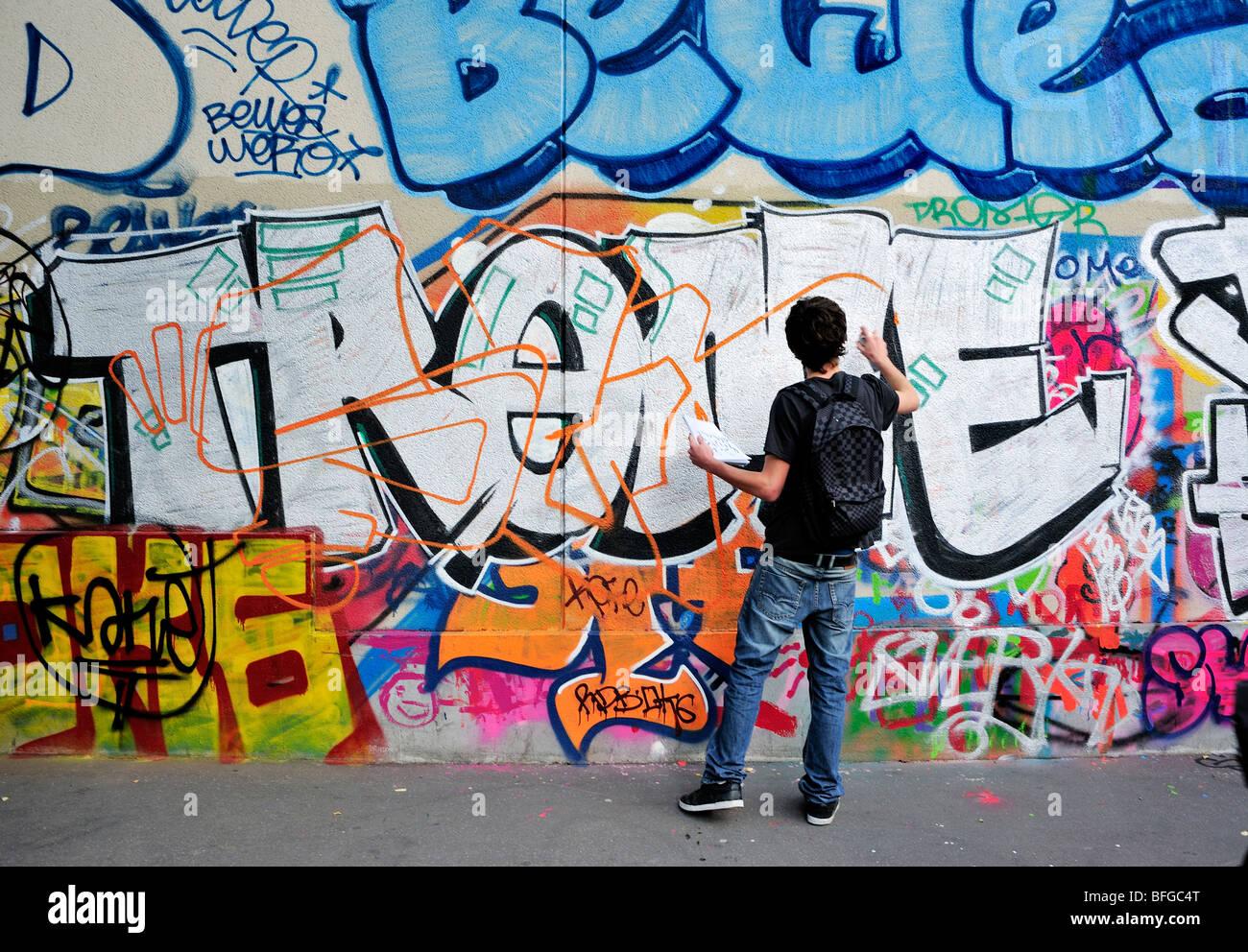 Parigi, Francia, Scene di strada, Giovane Maschio Teen Street Graffer, parete di verniciatura con vernice spray, Immagini Stock