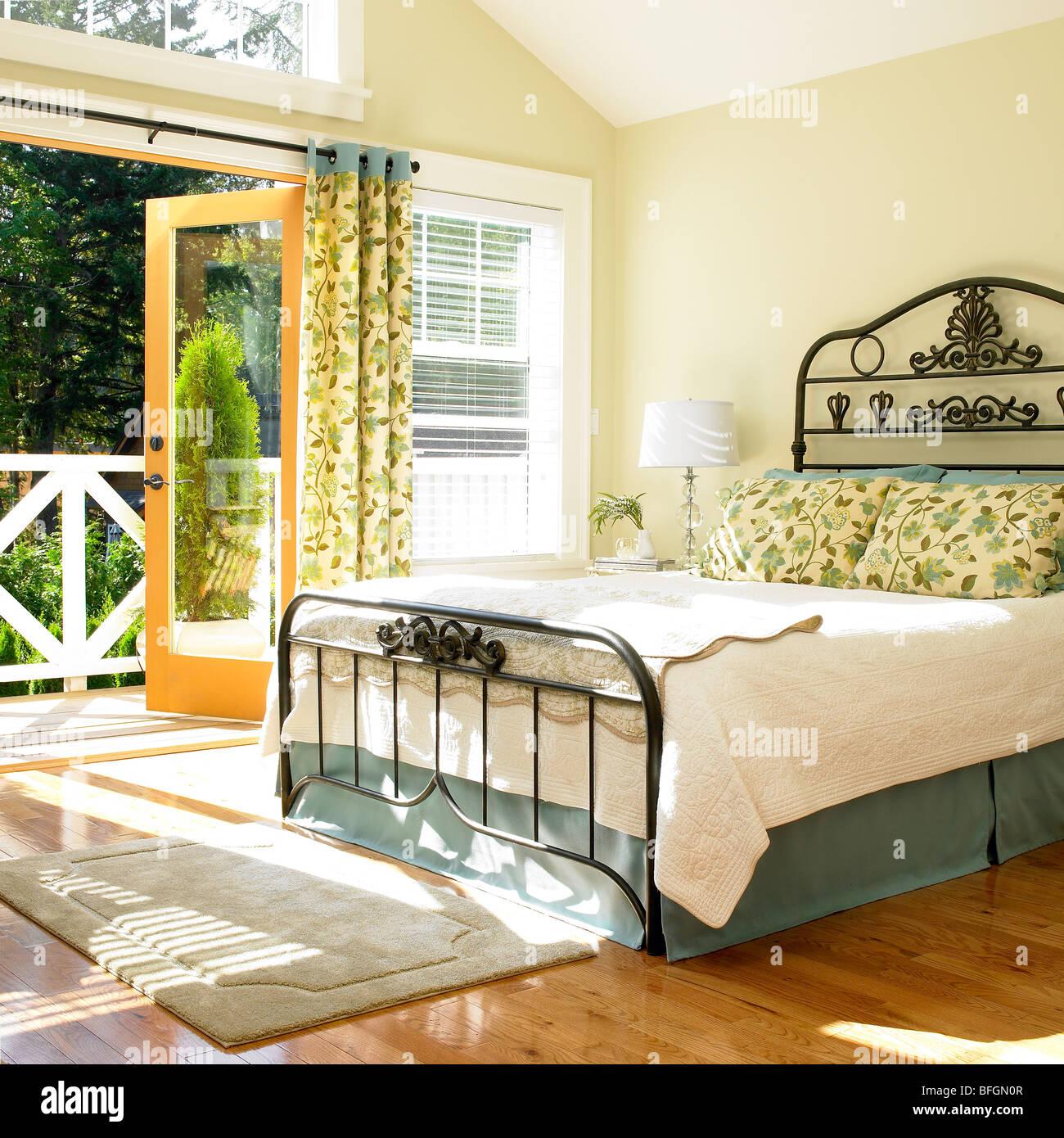 Luminosa camera da letto con le porte aperte a ponte, Victoria ...
