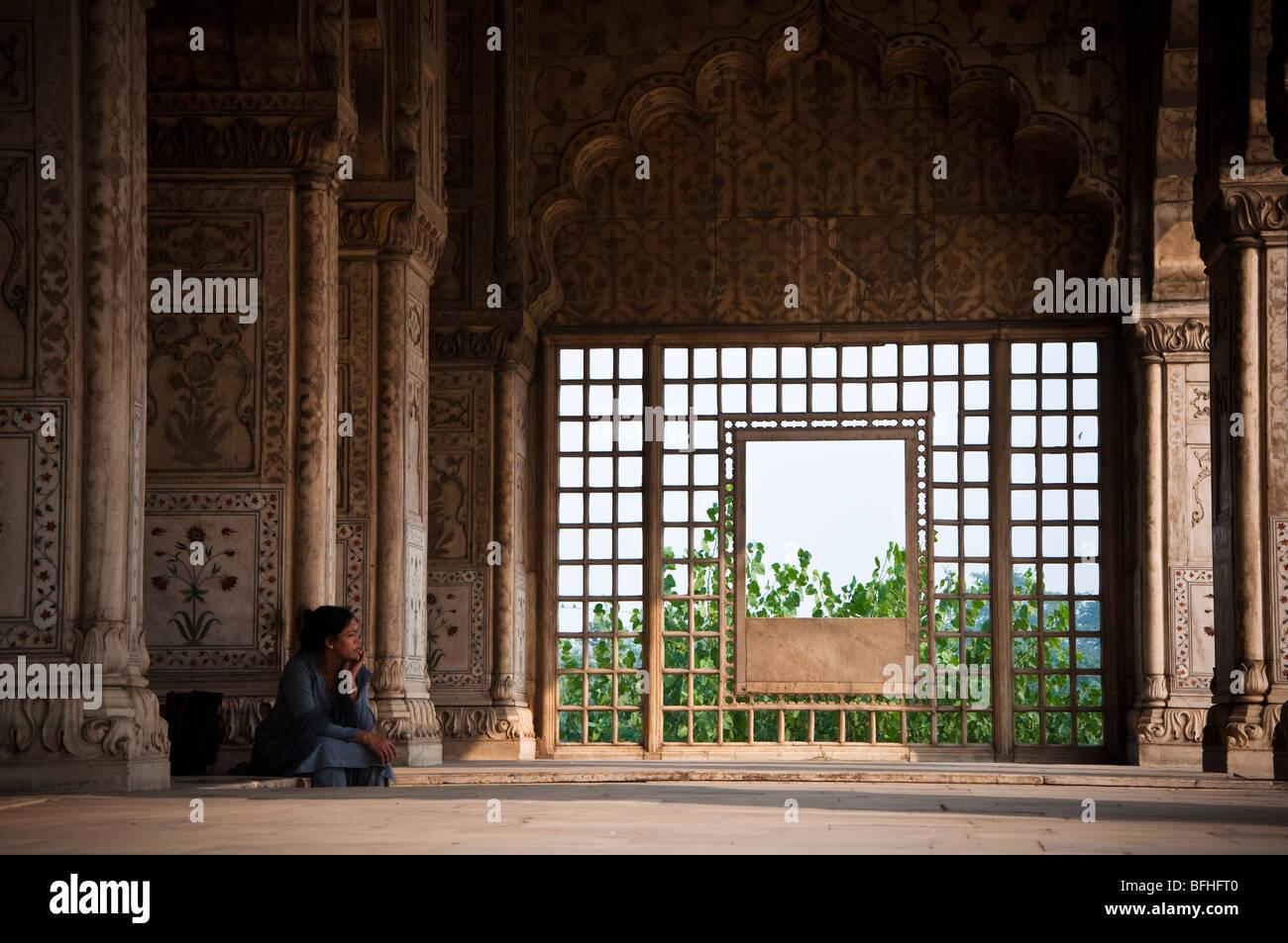 Una donna indiana si siede da solo in un tempio di Vecchia Delhi, India Foto Stock