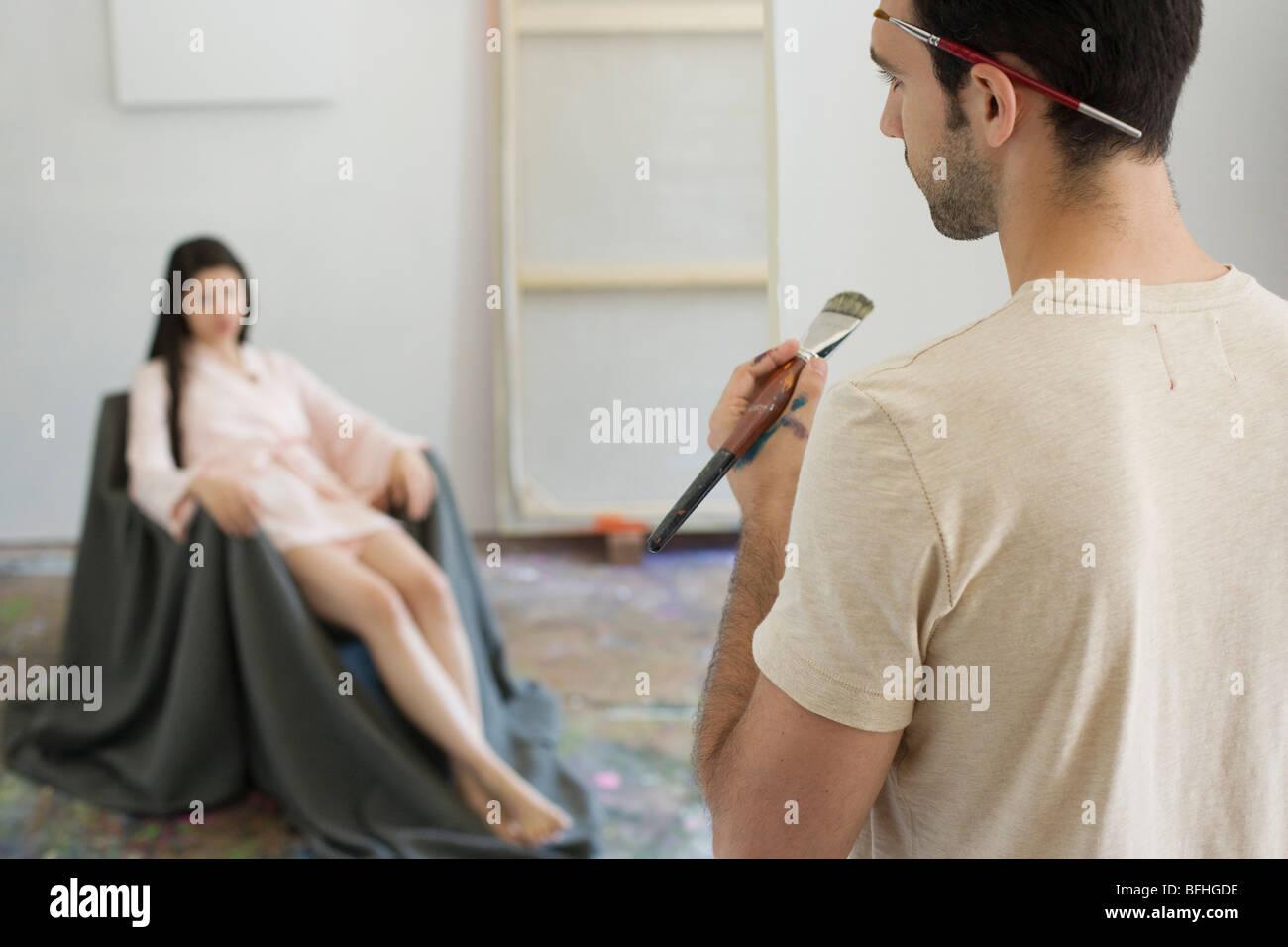 Artista artista osservando il modello in Studio Immagini Stock