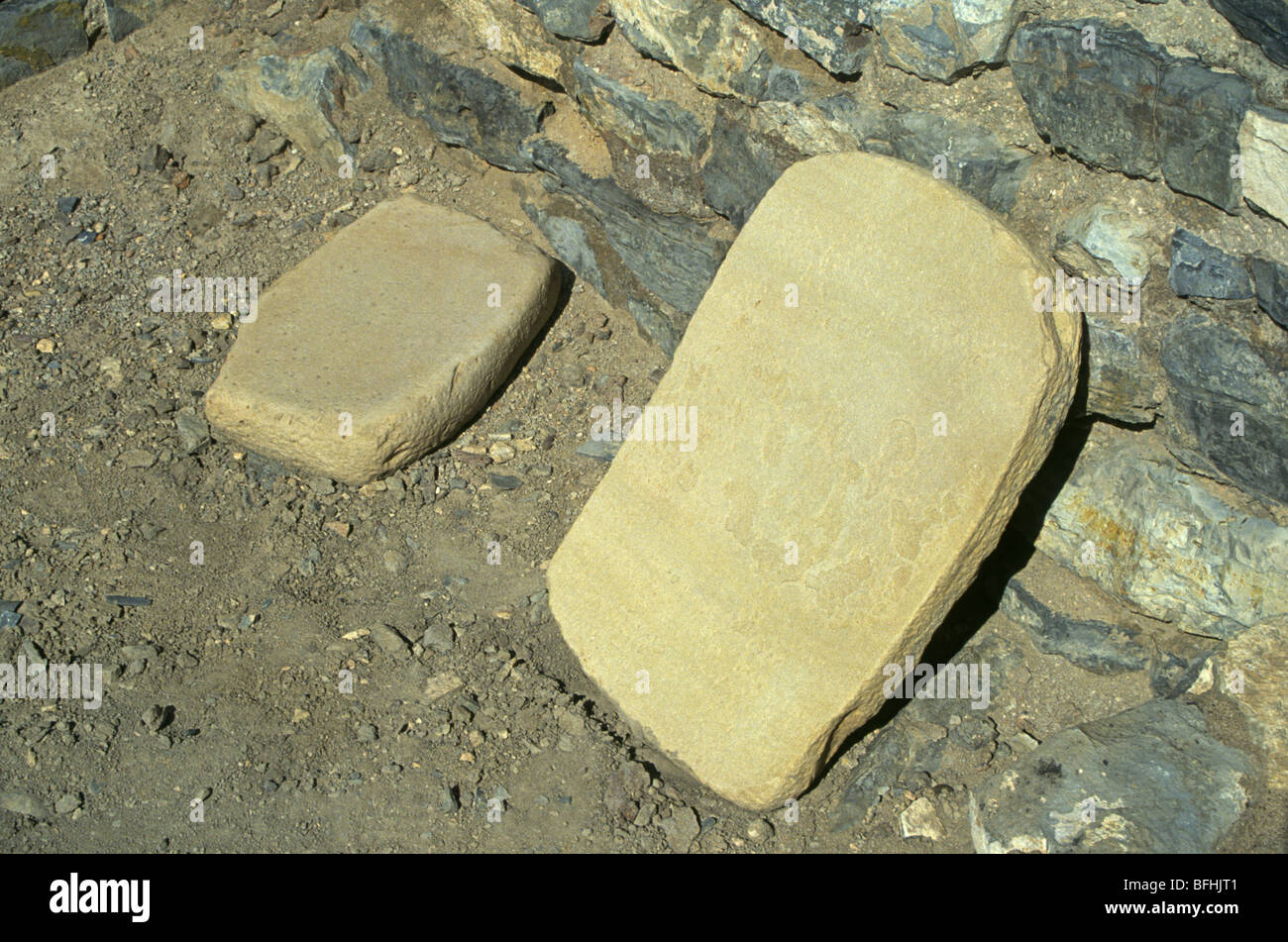 Una mano e metate, o mais mole in pietra arenaria dagli Indiani Anasazi Immagini Stock
